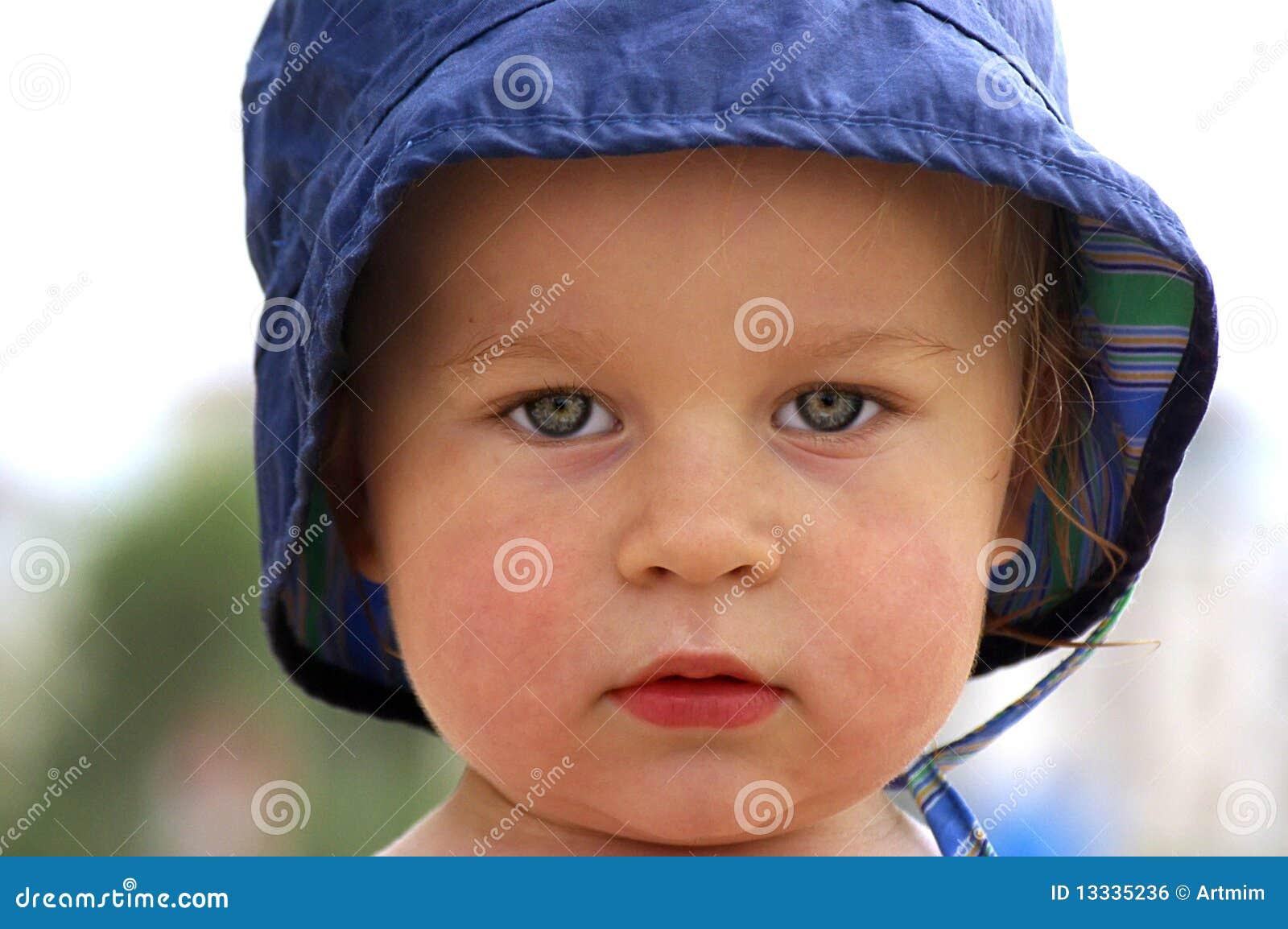 Chłopiec lato kapeluszowy mały parkowy