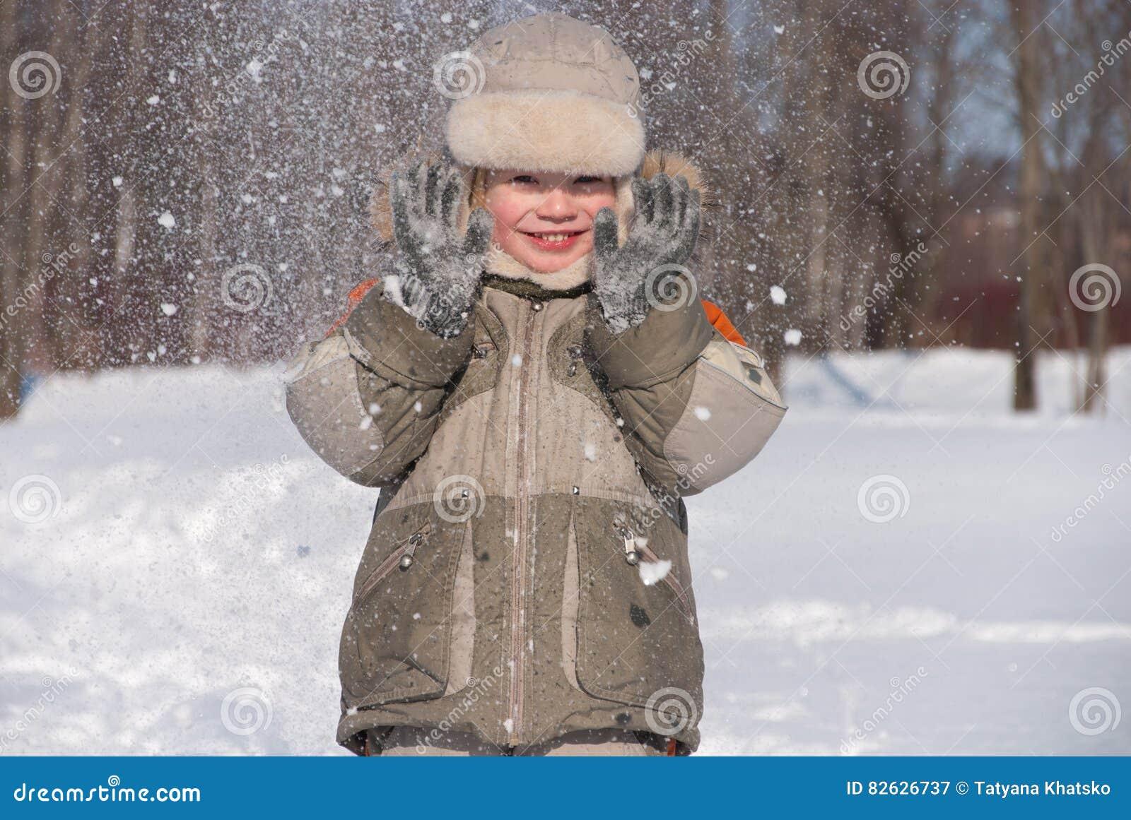 Chłopiec ma zabawę w śniegu