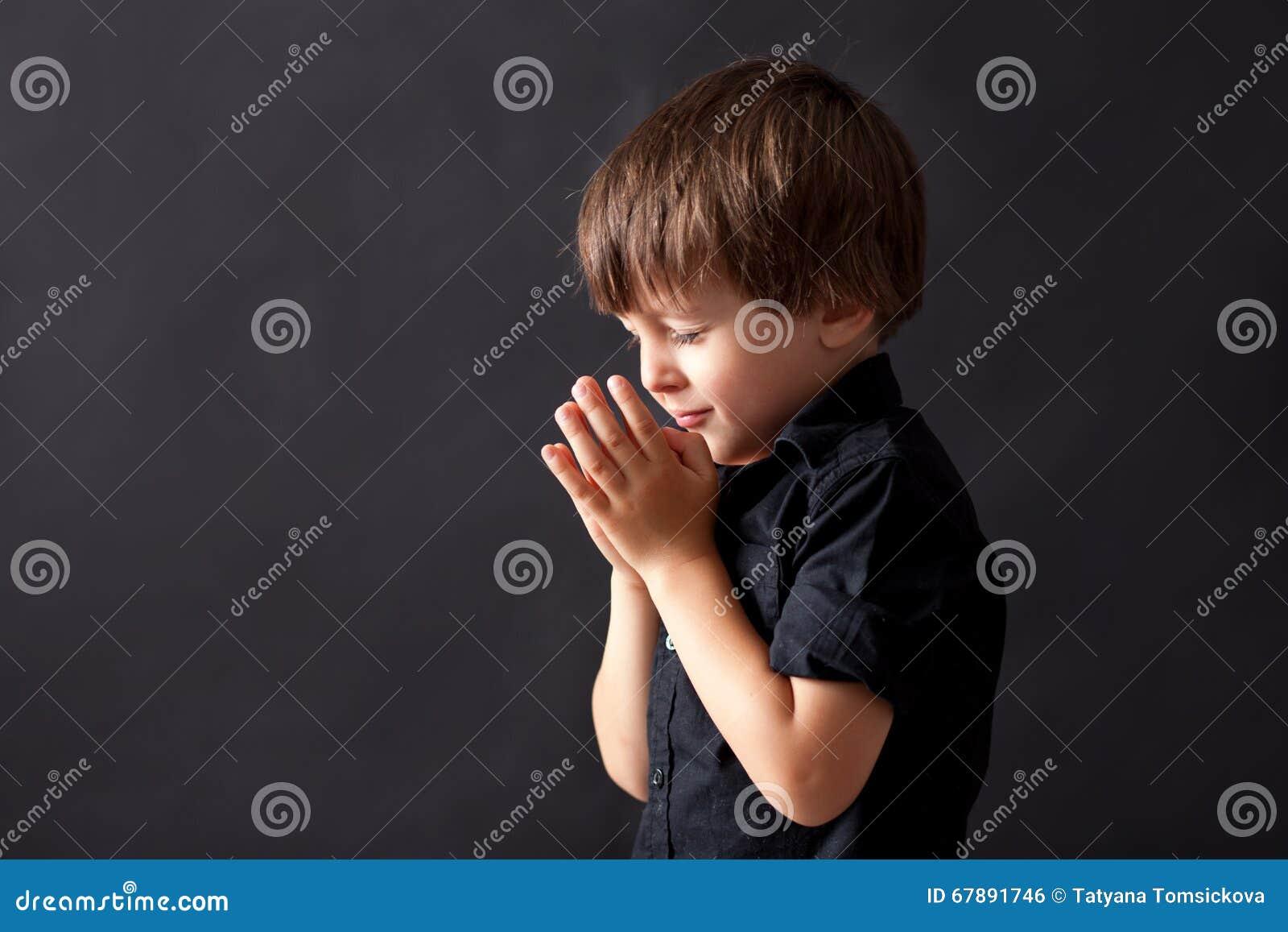 Chłopiec modlenie, dziecka modlenie, odosobniony tło