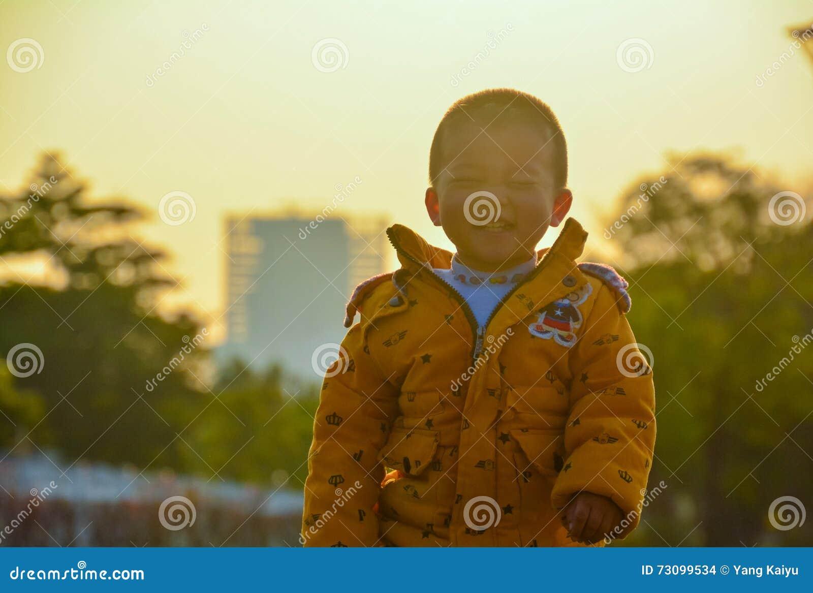 Chłopiec narastająca up w słońcu