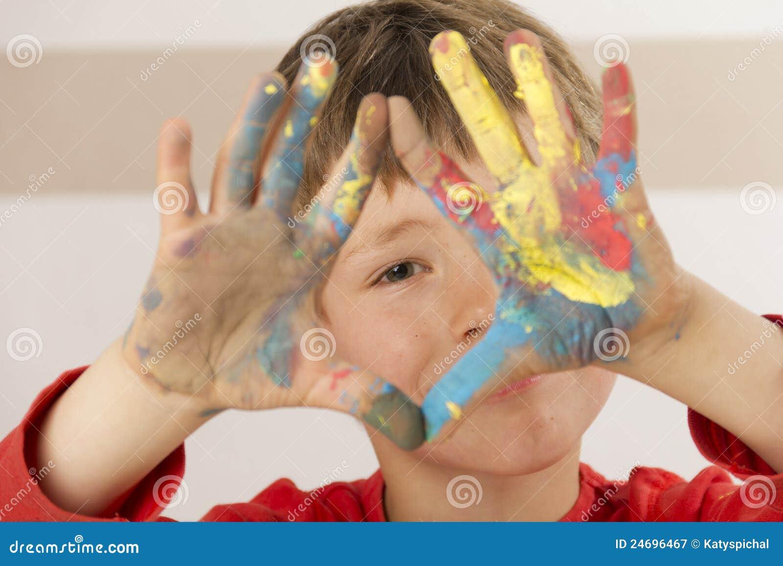 Chłopiec palca farby obraz