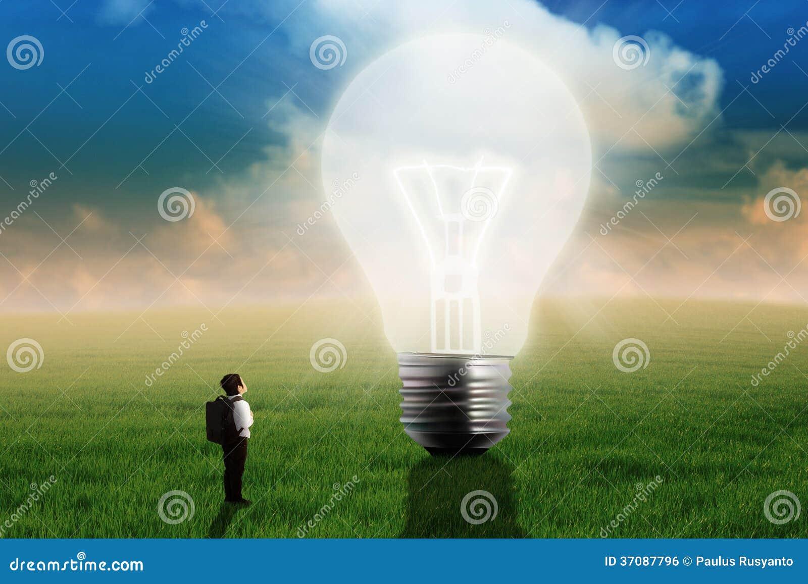 Download Chłopiec Patrzeje Dużą żarówkę Zdjęcie Stock - Obraz złożonej z koreańczyk, fielder: 37087796