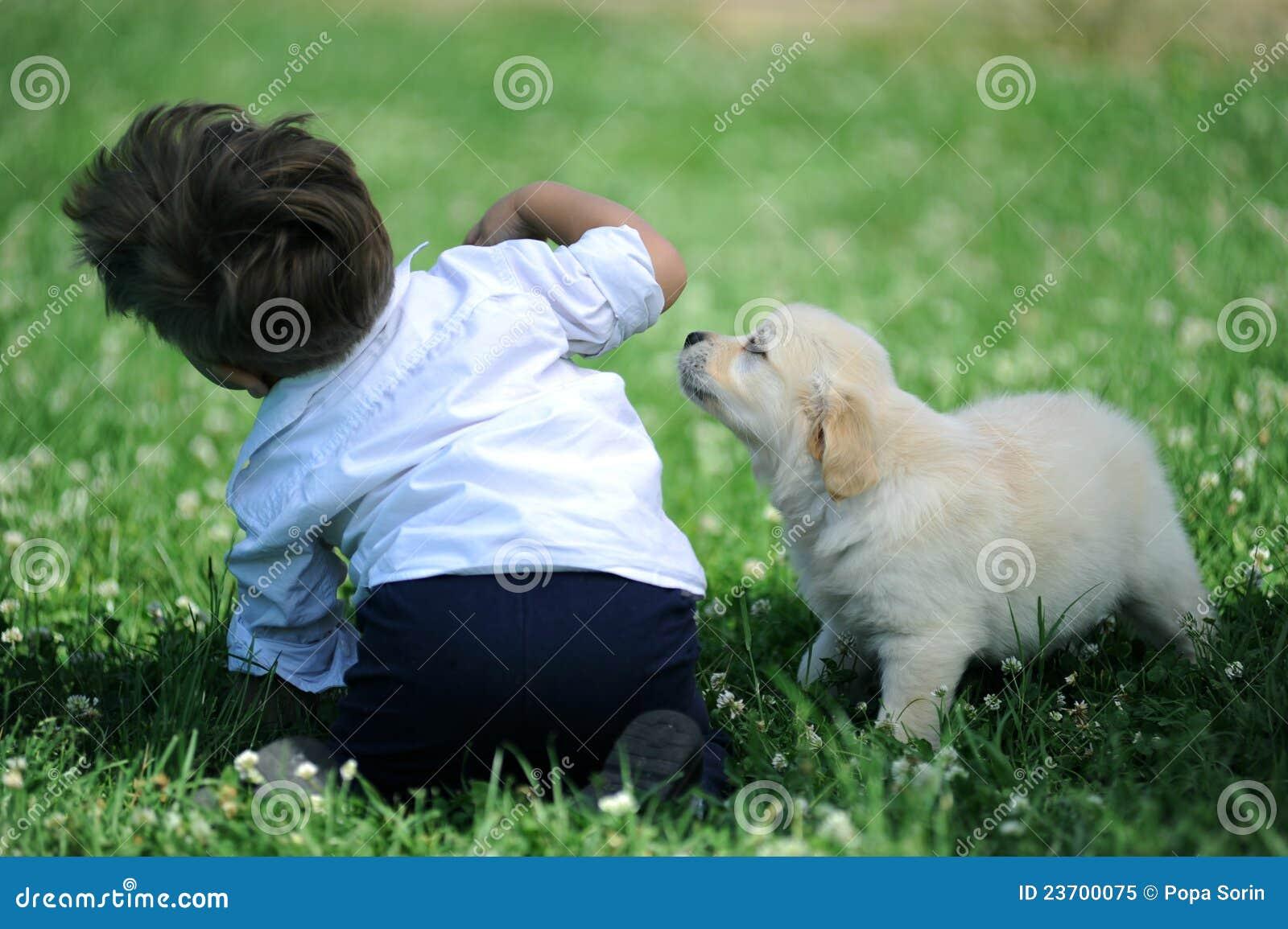 Chłopiec pies park