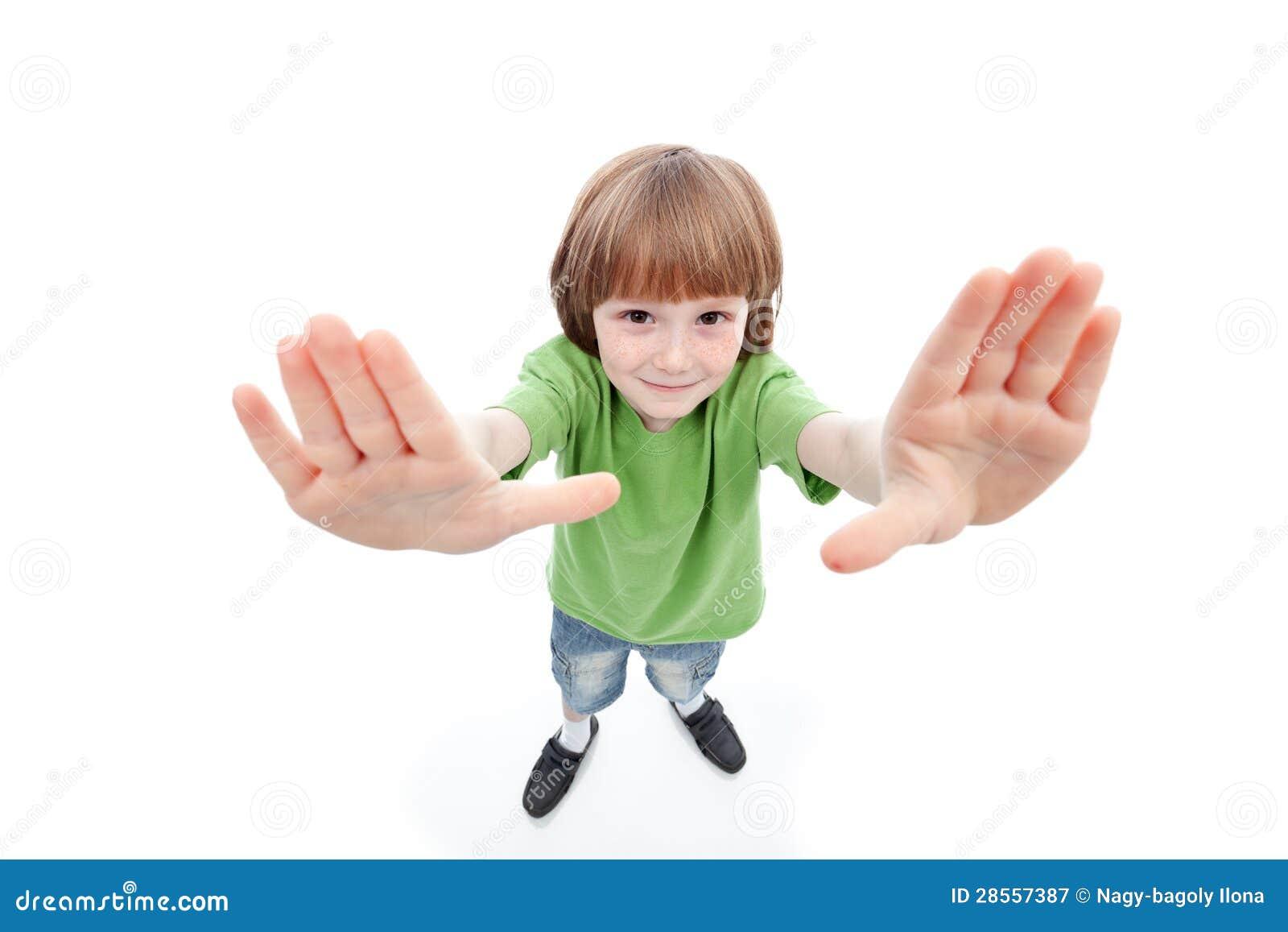 Chłopiec pokazuje jego palmy obramia widok