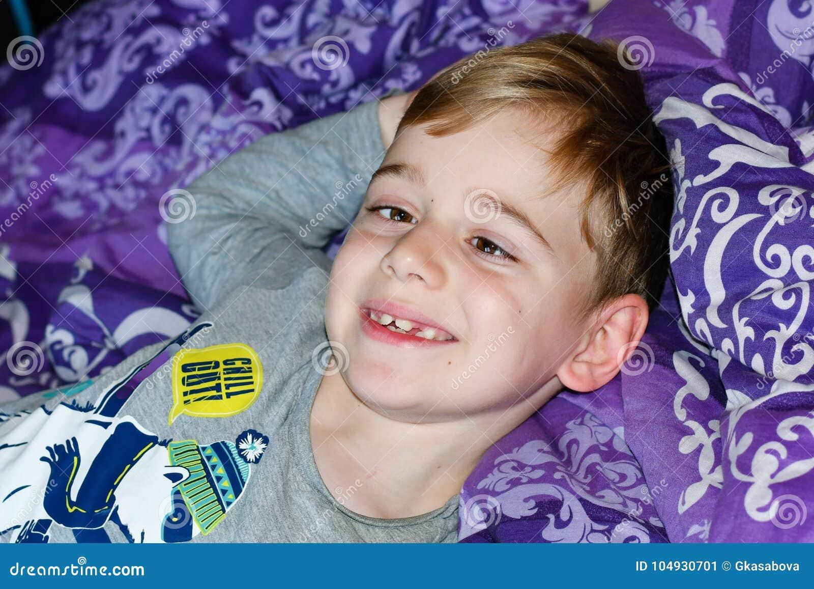 Chłopiec przy łóżkiem
