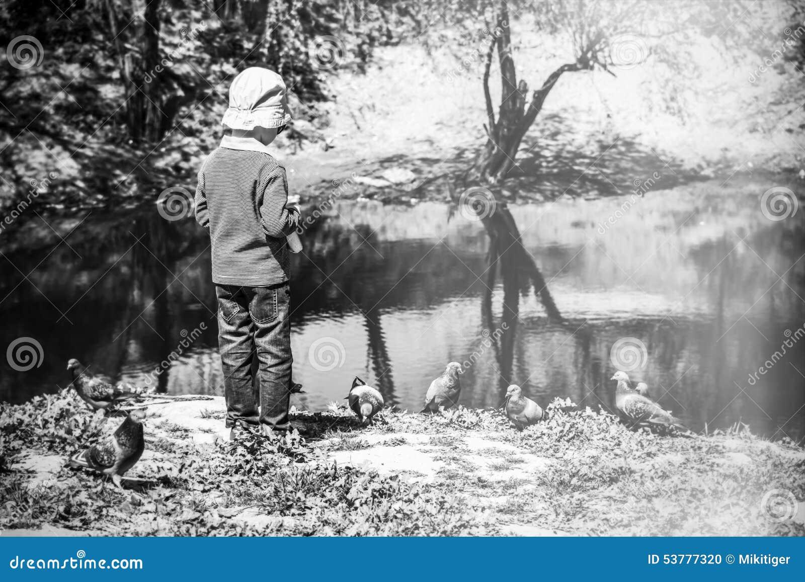 Chłopiec przy jeziorem