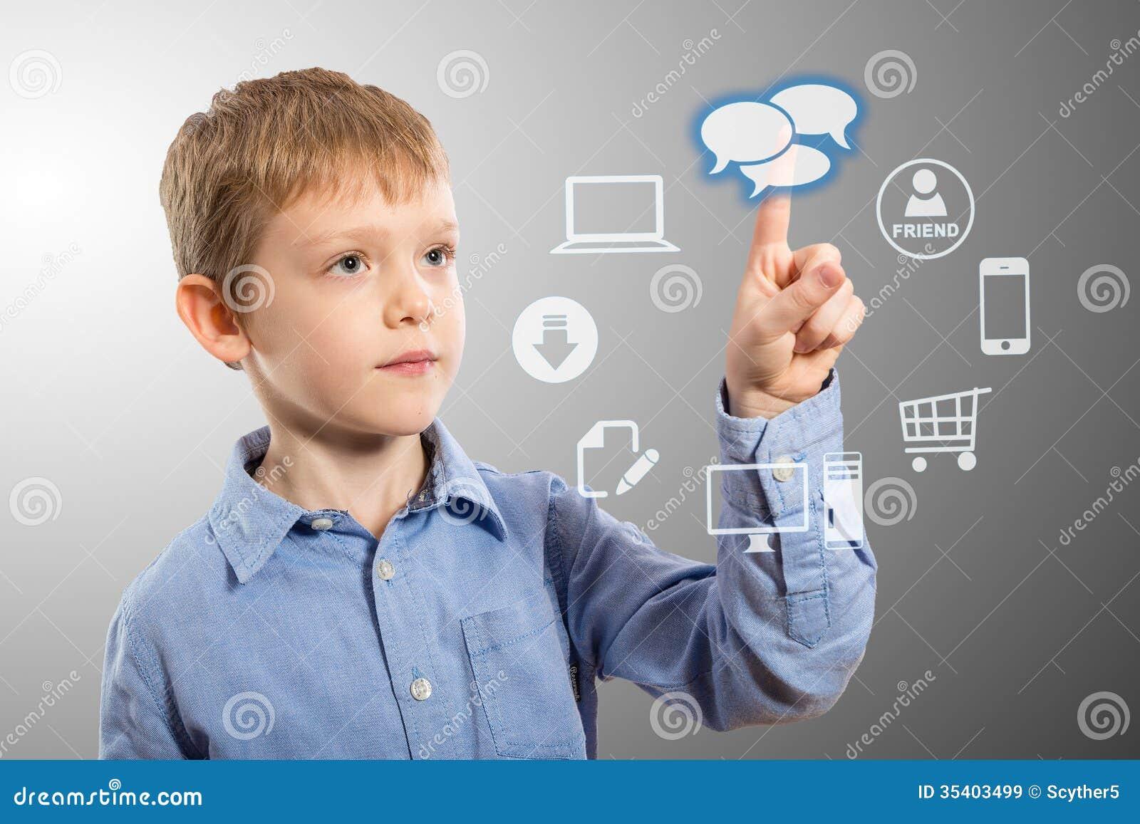 Chłopiec przystępuje futurystycznych rozrywek zastosowania