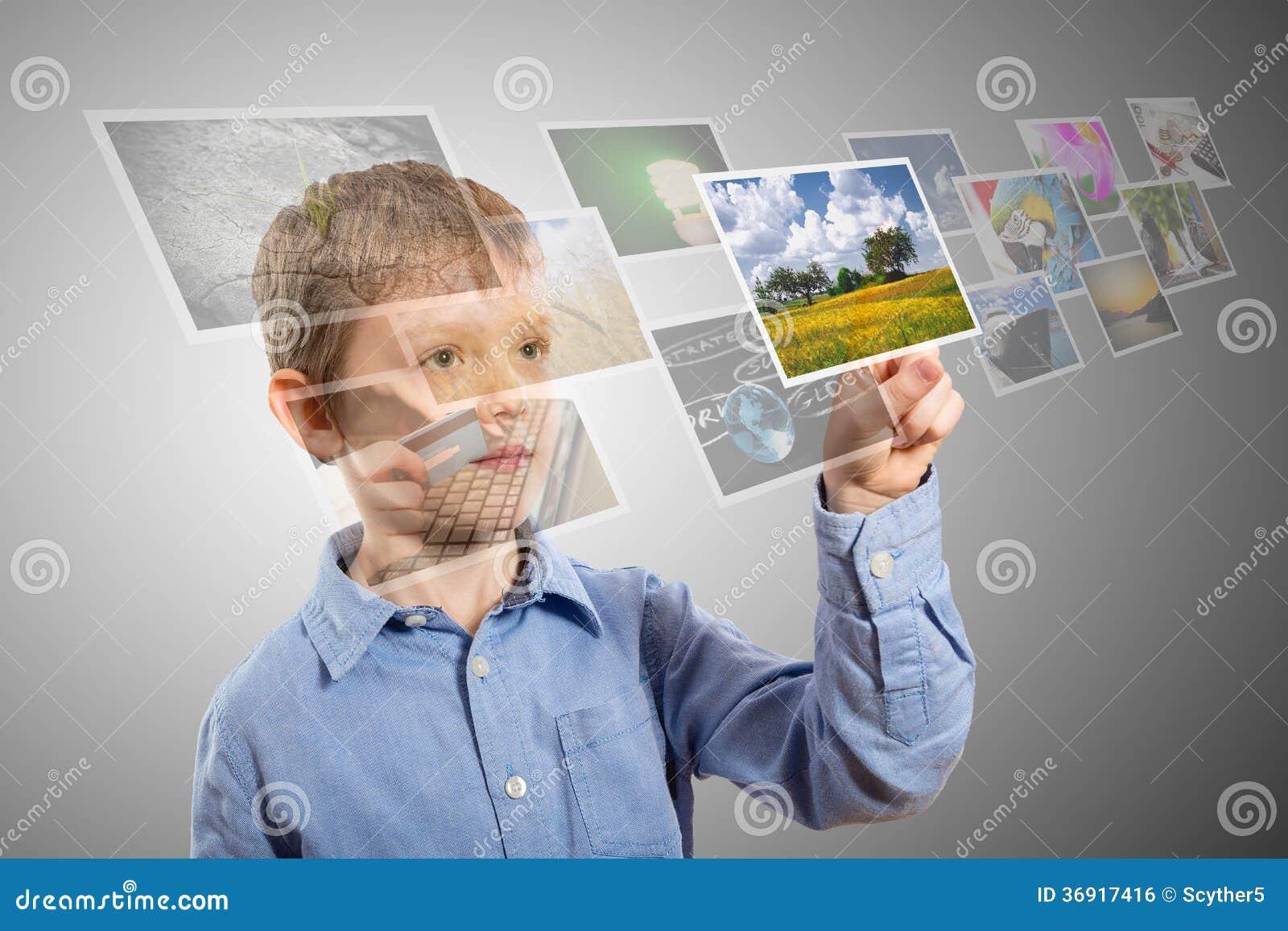 Chłopiec ręki dojechania wizerunki leje się od głębokiego.
