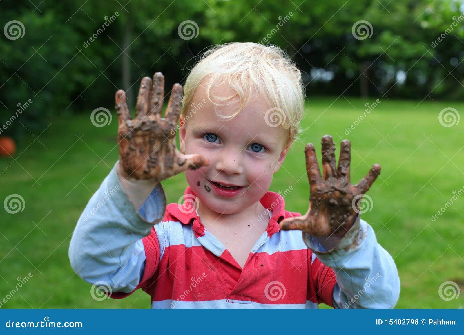 Chłopiec ręki mącą potomstwa