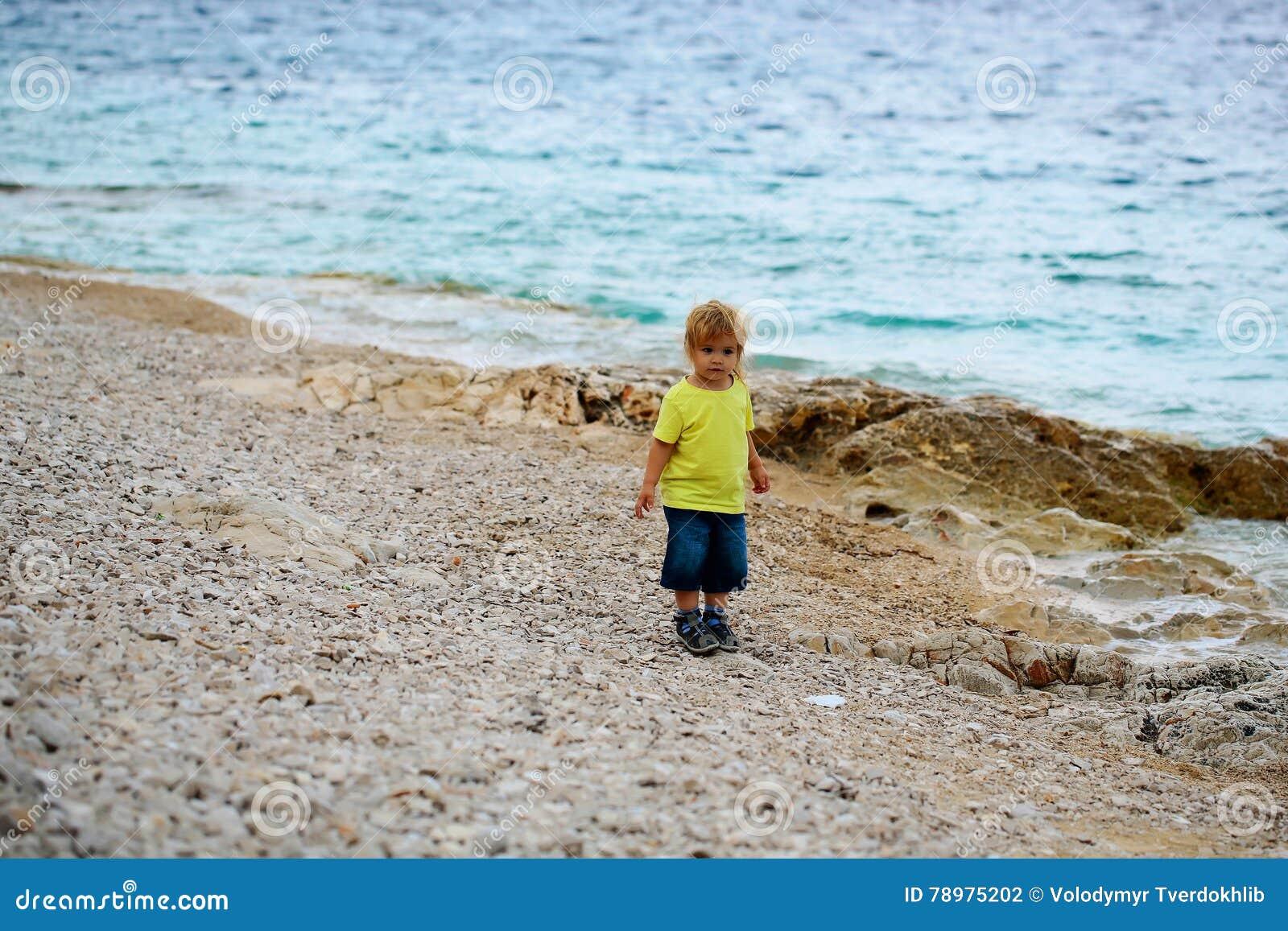 Chłopiec stojaki na plaży