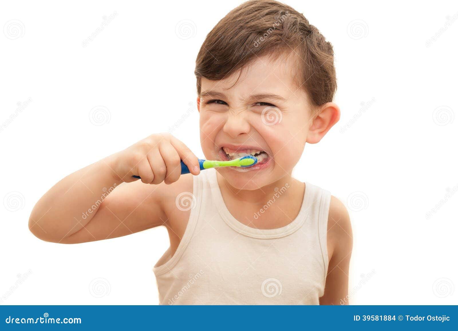 Chłopiec szczotkuje zęby odizolowywających