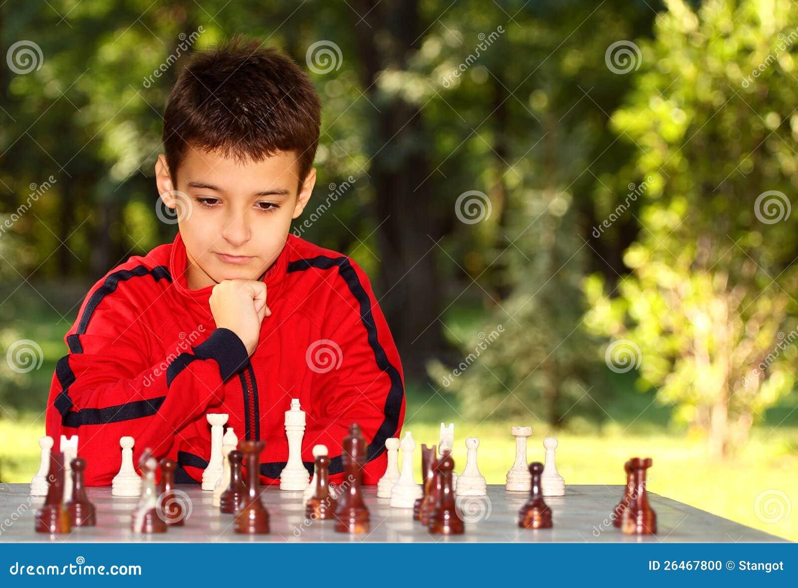 Chłopiec target41_1_ szachową grę