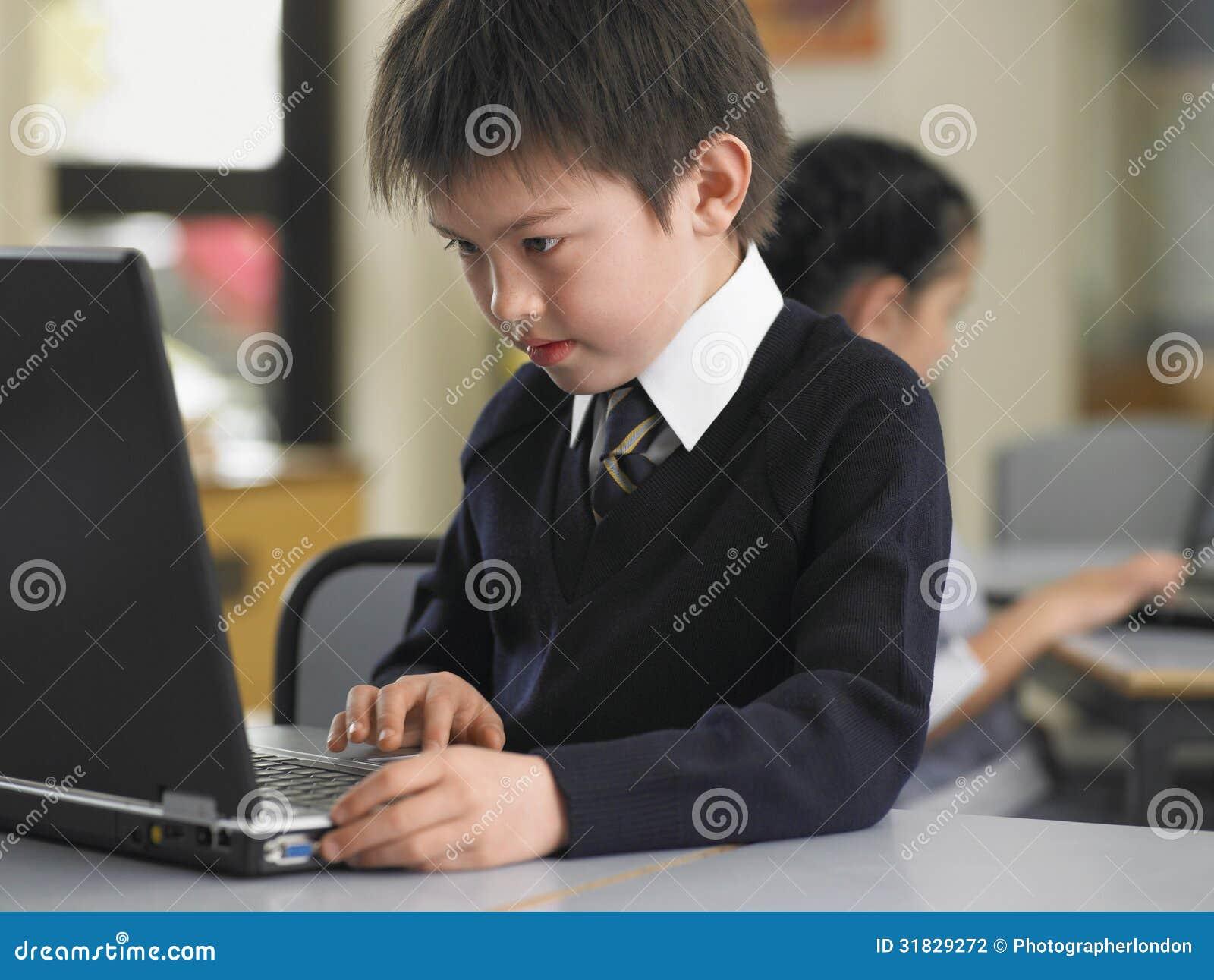 Chłopiec Używa laptop W klasie