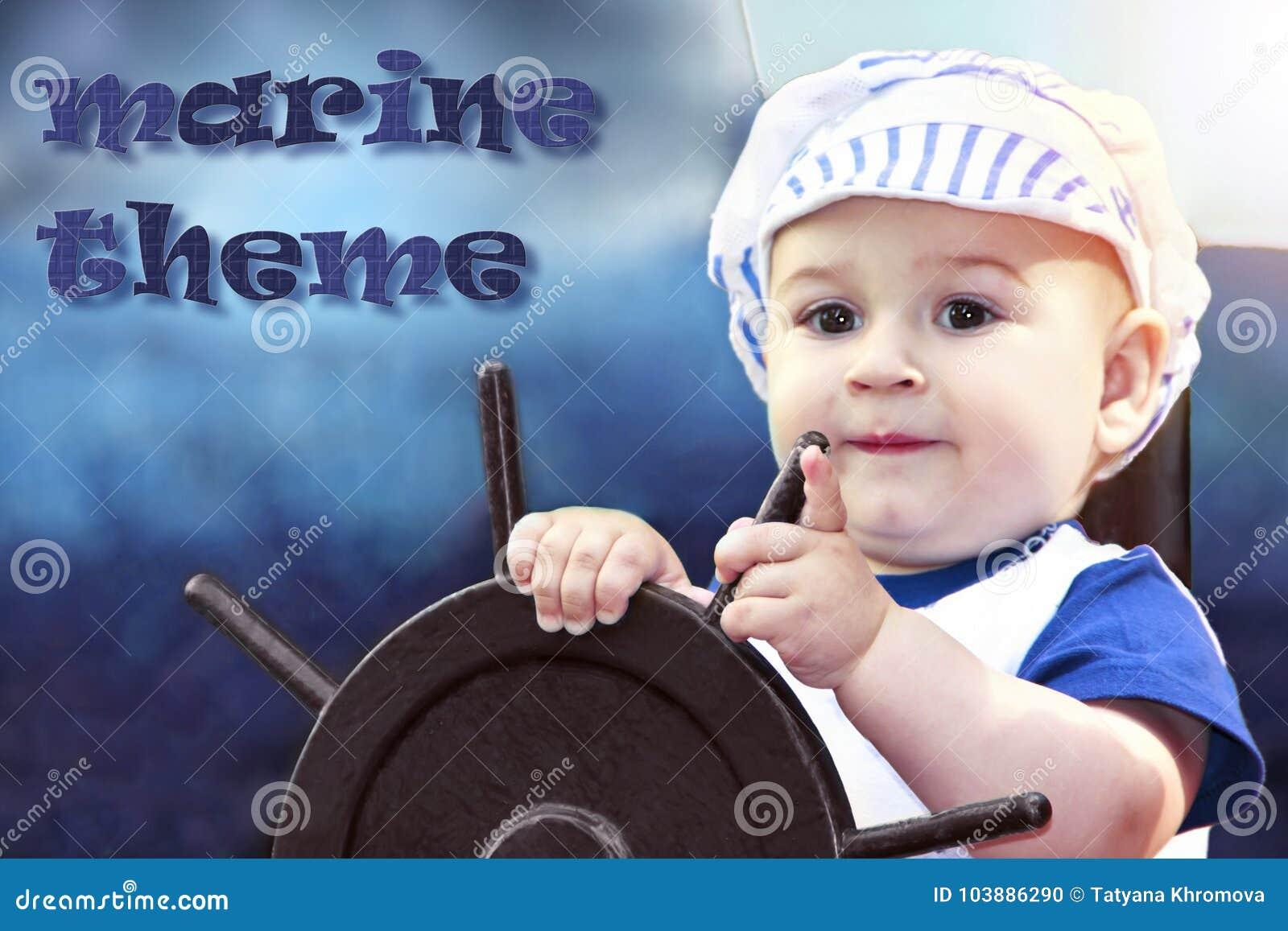 Chłopiec ubierał up jako żeglarz trzyma kierownicę