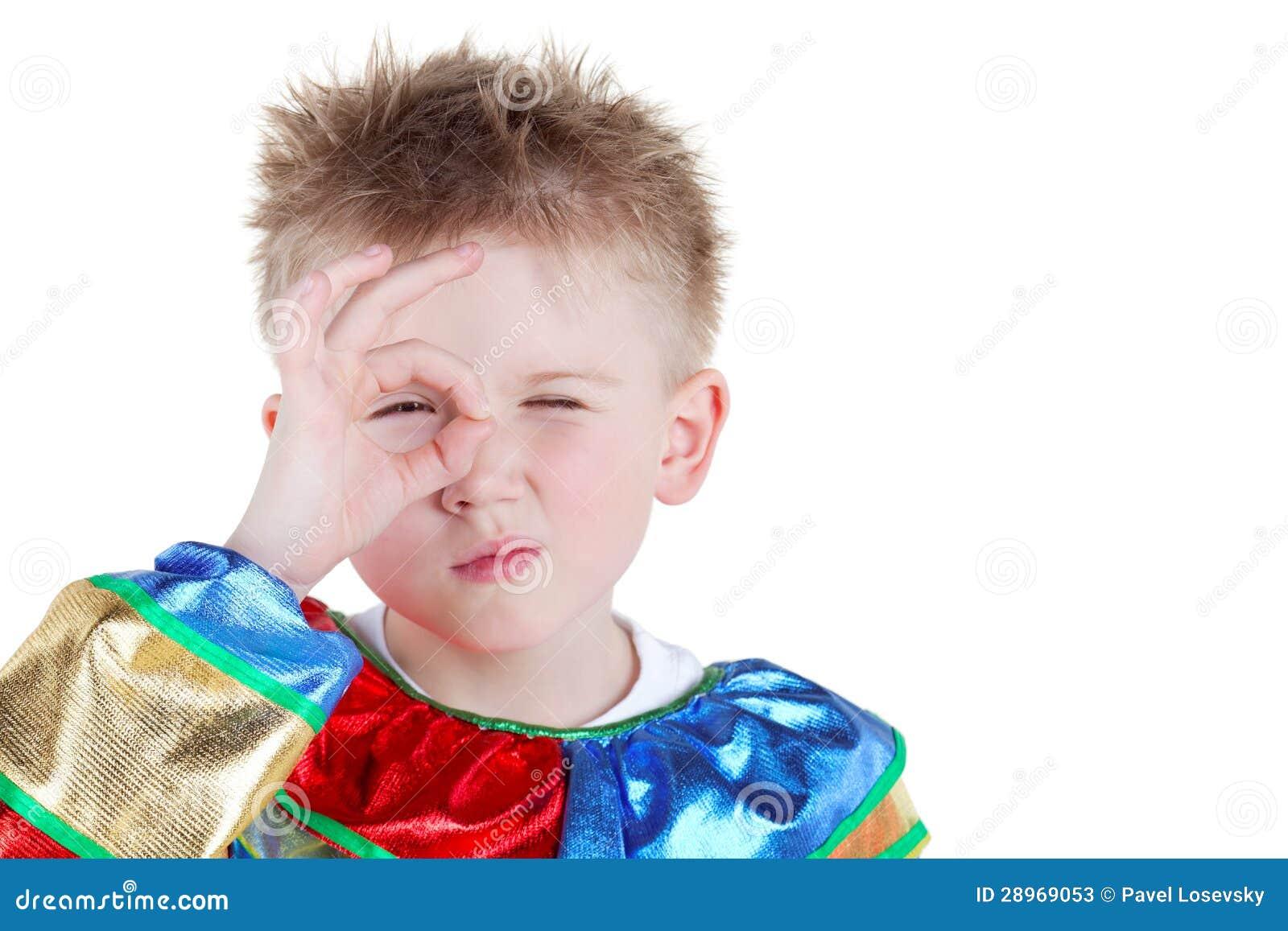 Chłopiec w karnawałowych kostiumów spojrzeniach przez pierścionku