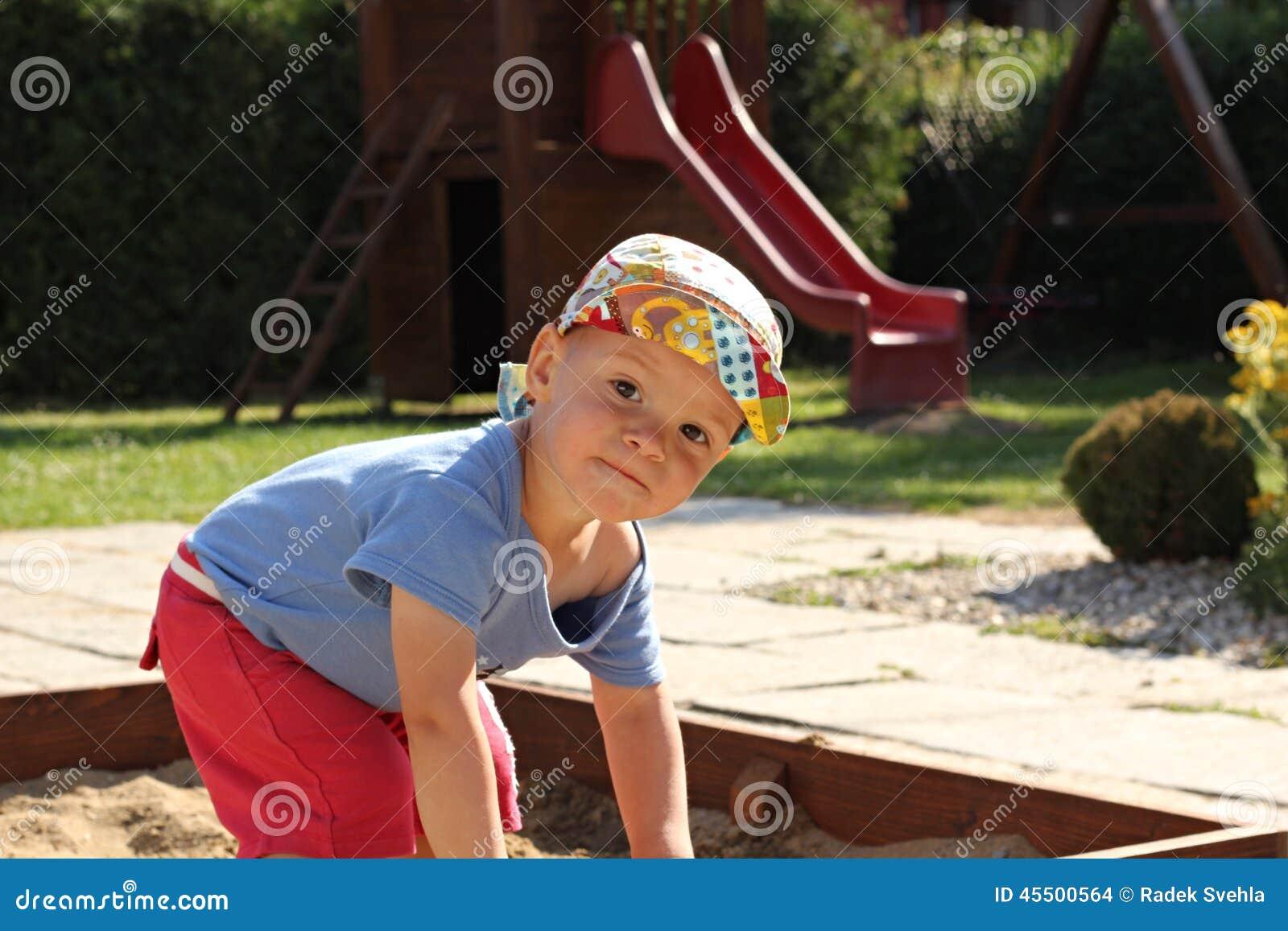 Chłopiec w piaskownicie