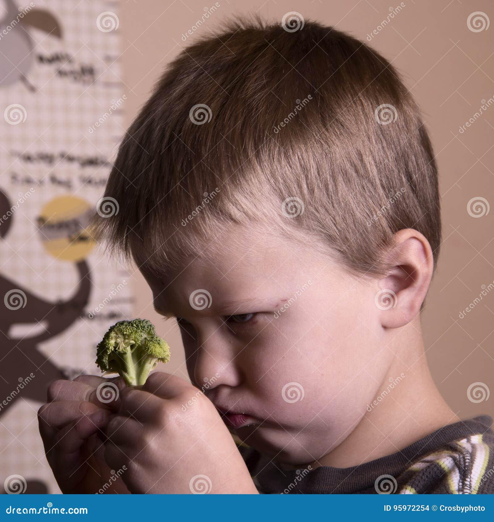 Chłopiec z brokułami
