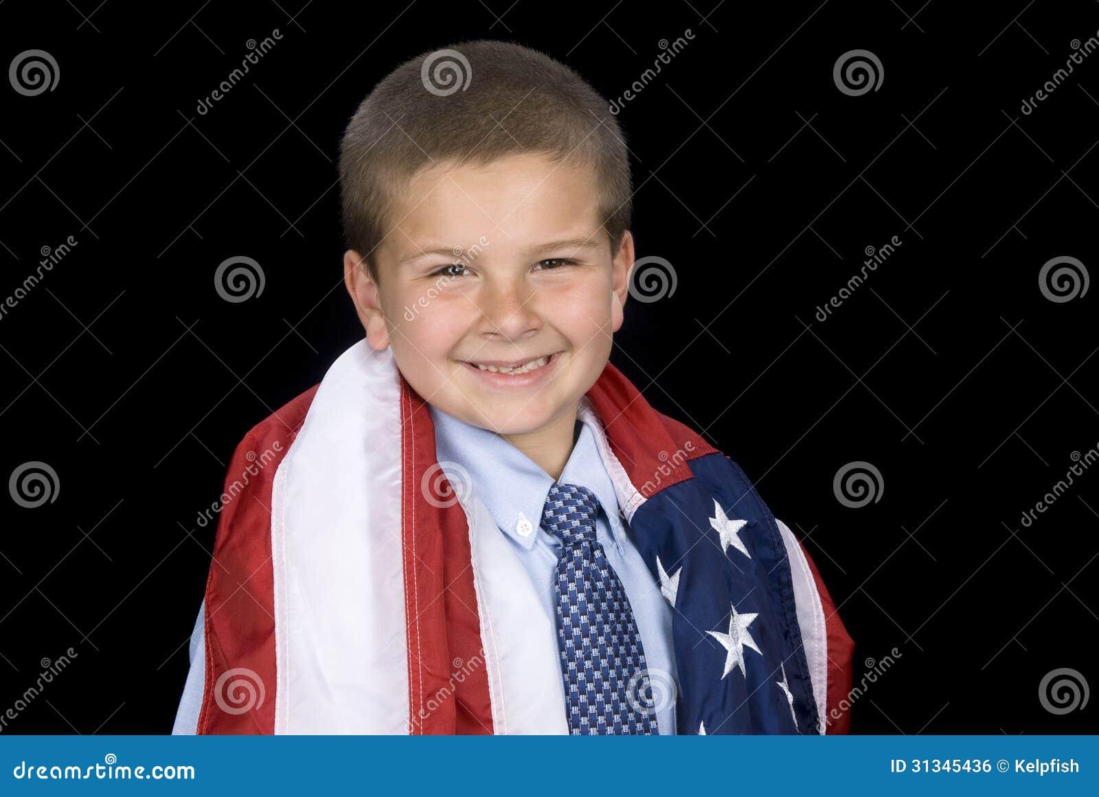 Chłopiec z flaga amerykańską wokoło ramion
