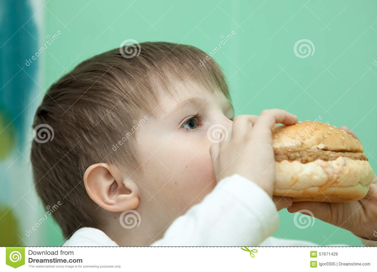 Chłopiec z hamburgerem