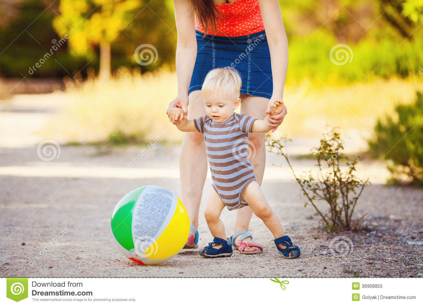 Chłopiec z jego mum w parku