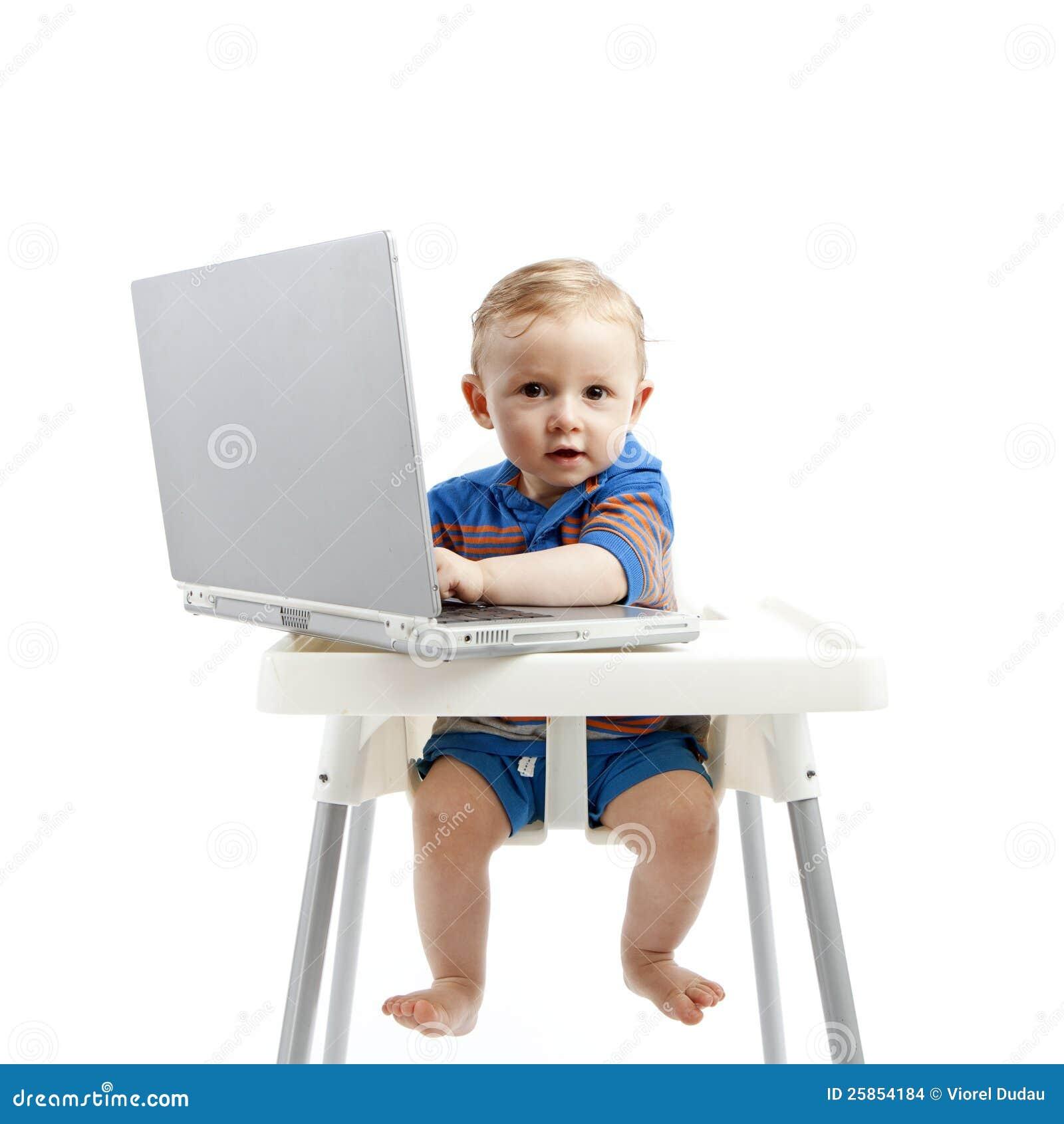 Chłopiec z laptopem
