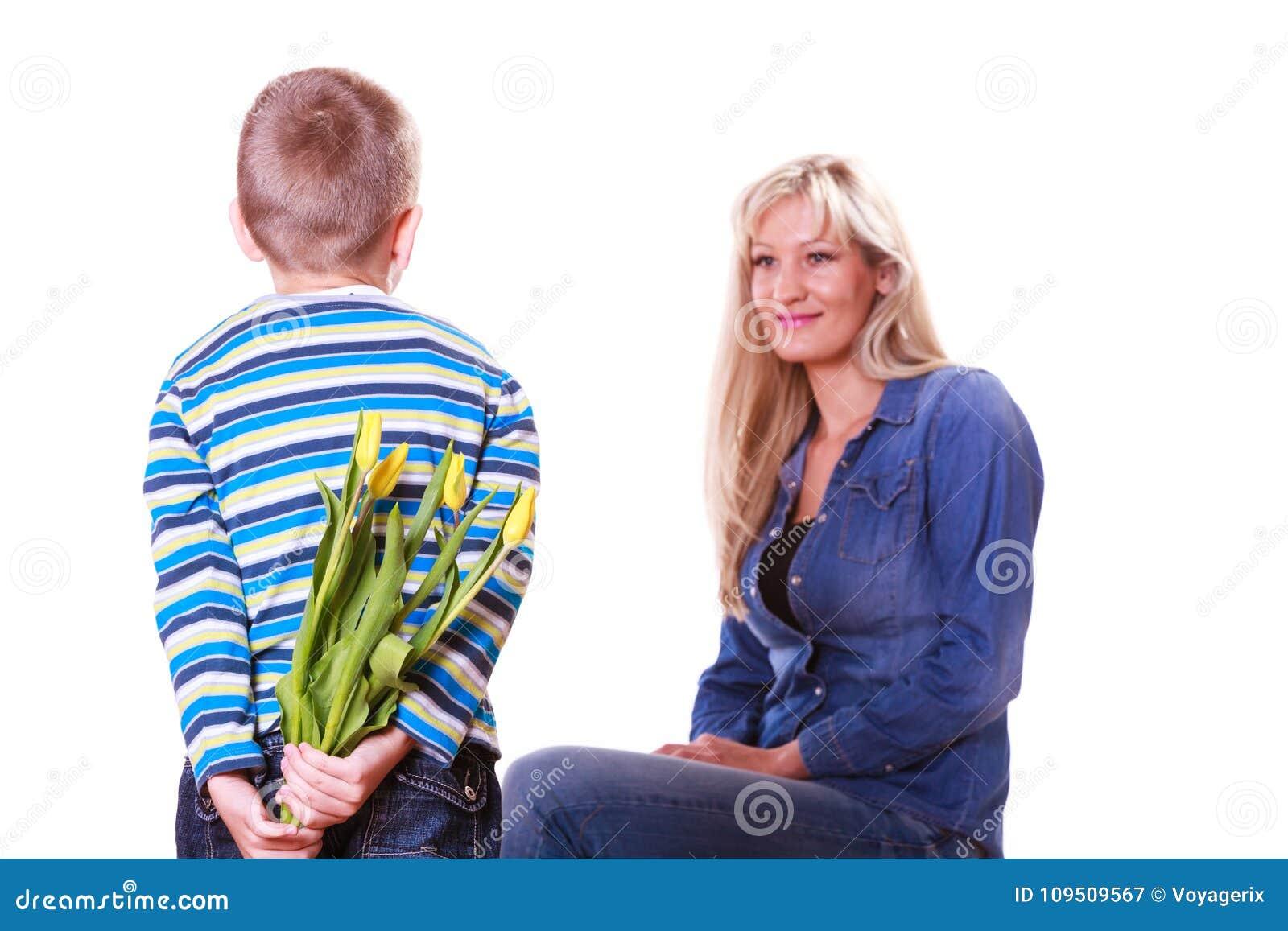 Chłopiec z macierzystym chwytem kwitnie za plecy
