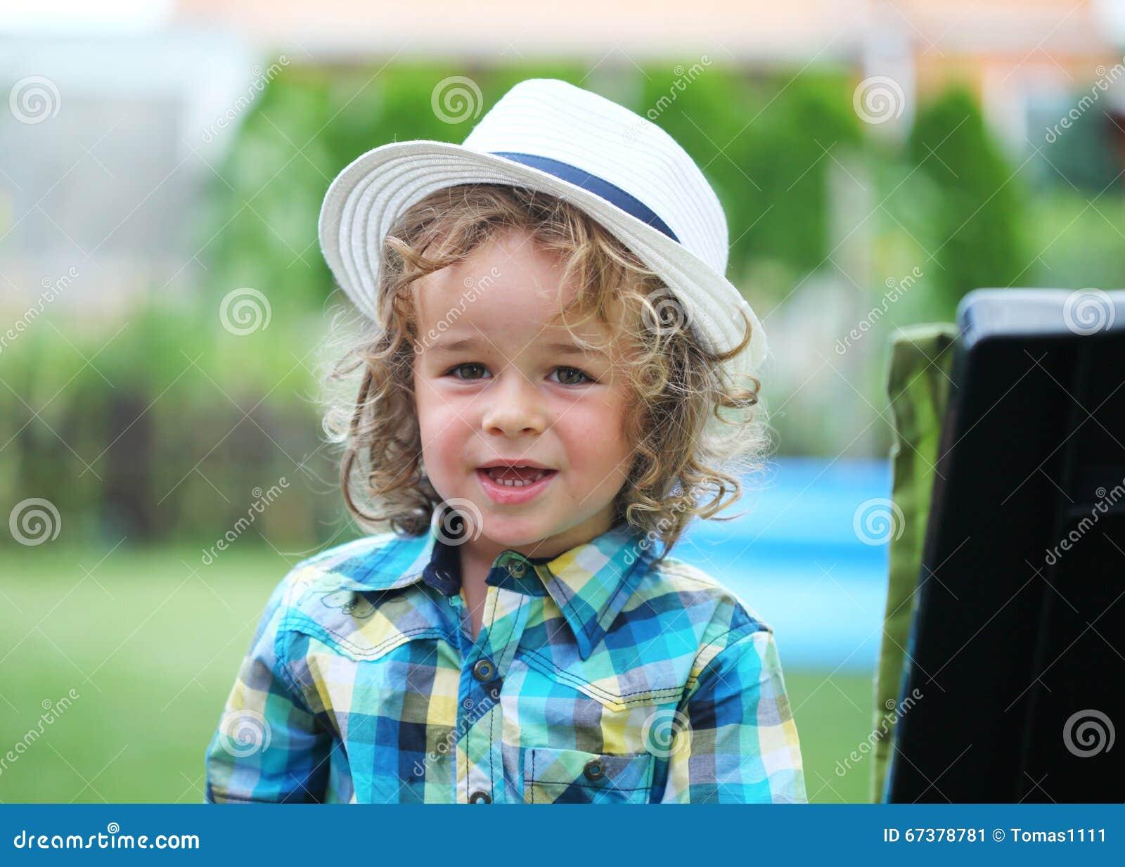 Chłopiec z moda kapeluszem w naturze