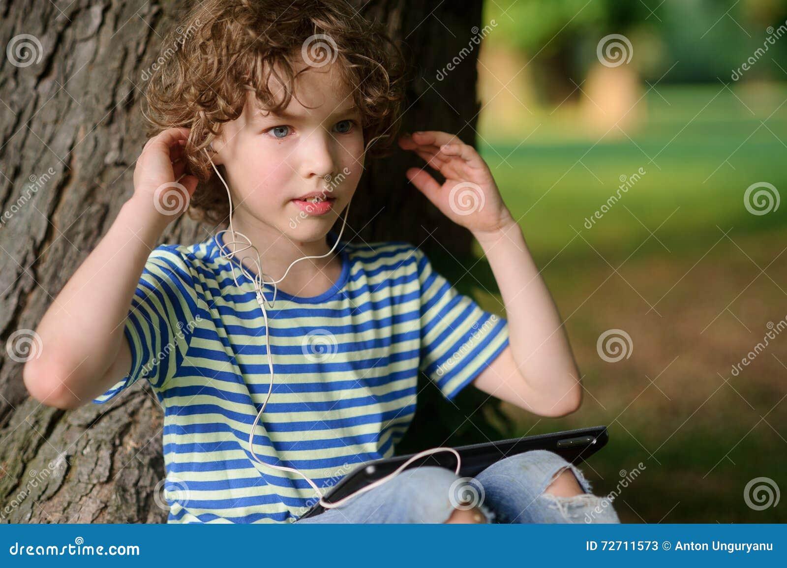 Chłopiec z pastylką słucha muzyka