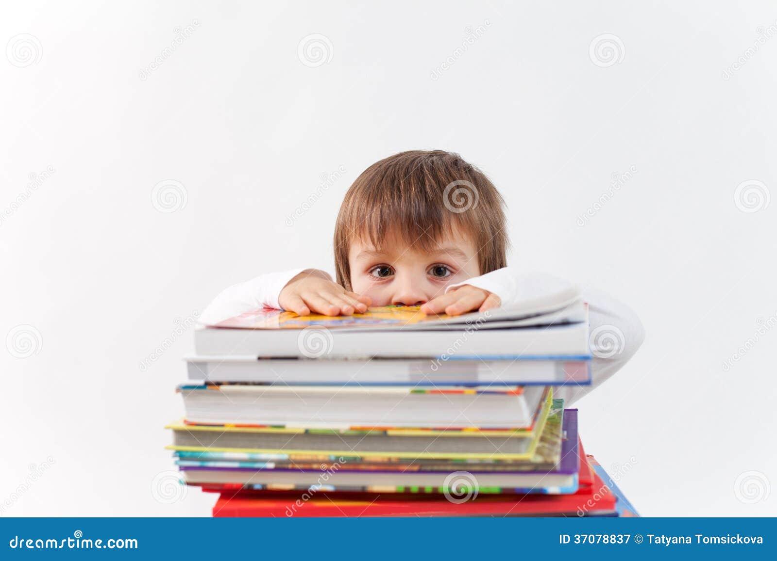 Download Chłopiec z stosem książki obraz stock. Obraz złożonej z stos - 37078837