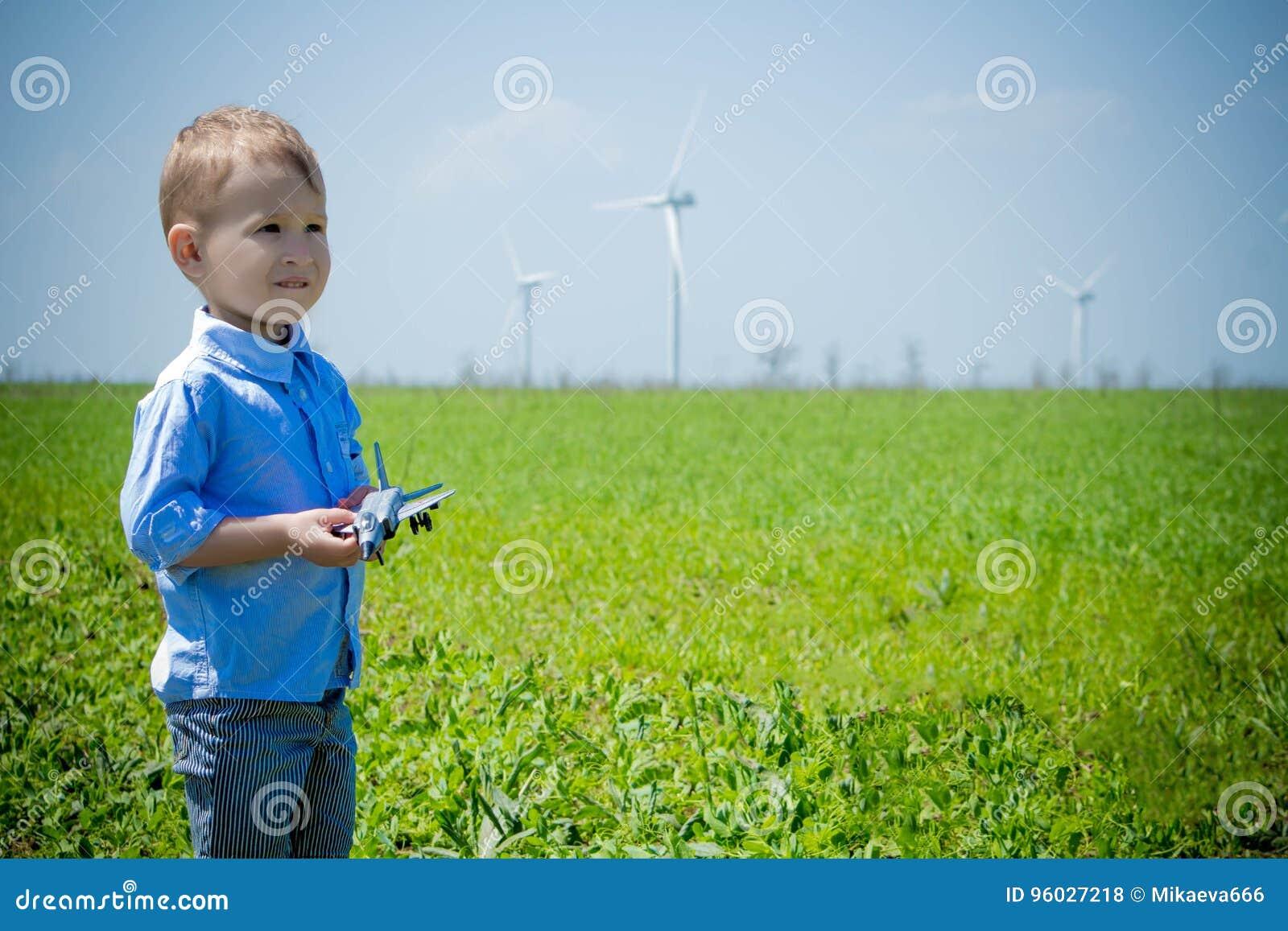 Chłopiec z zabawkarskim samolotem