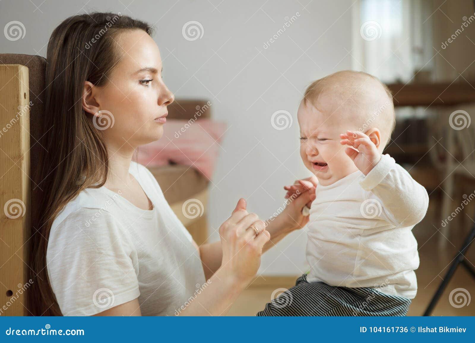 Chłopiec zaczynał płakać, poważny zmartwiony macierzysty patrzejący on