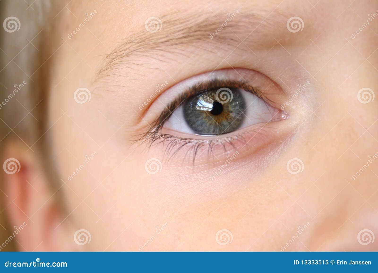 Chłopiec zakończenia oko s oko