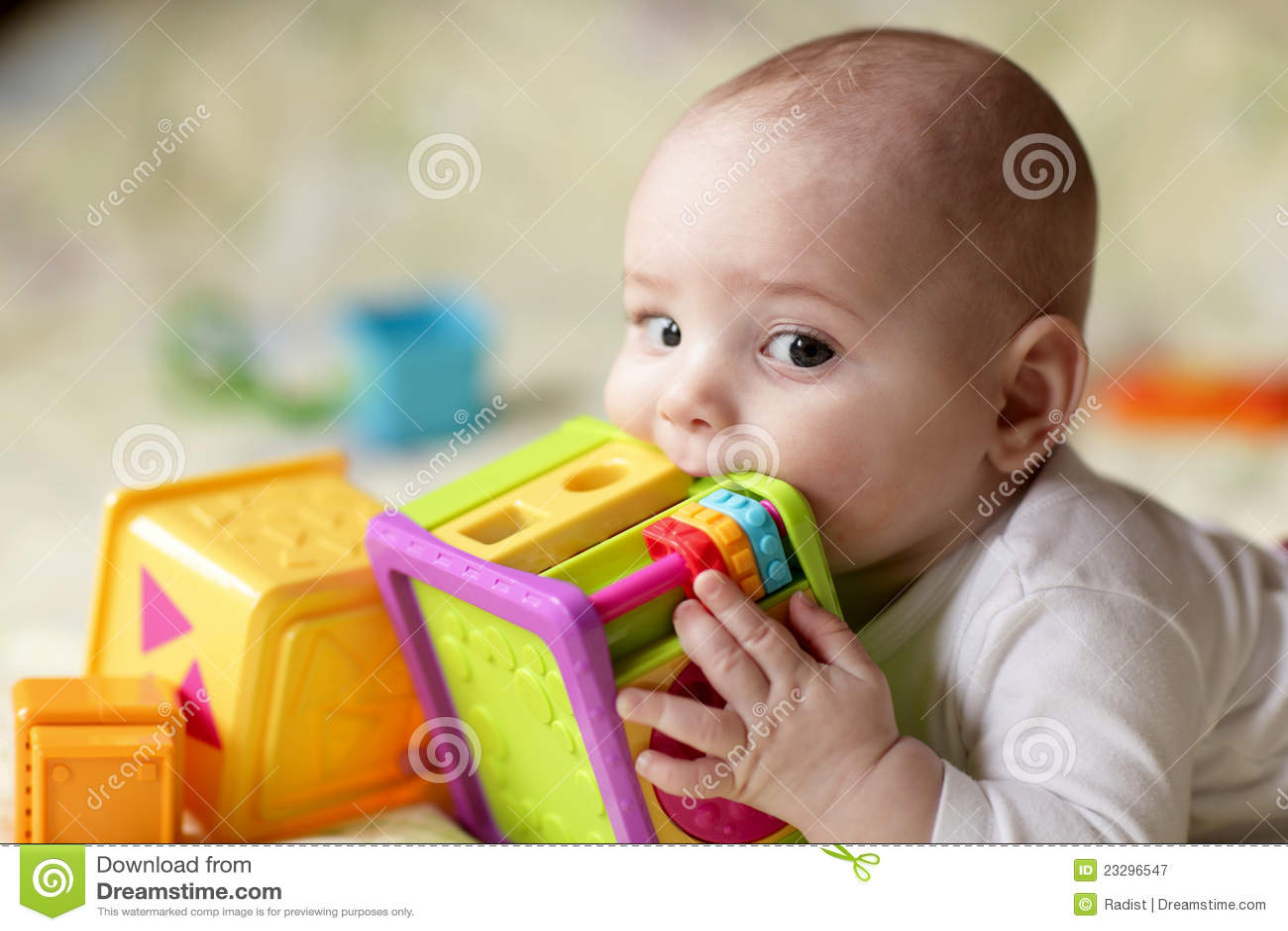 Chłopiec zjadliwa zabawka