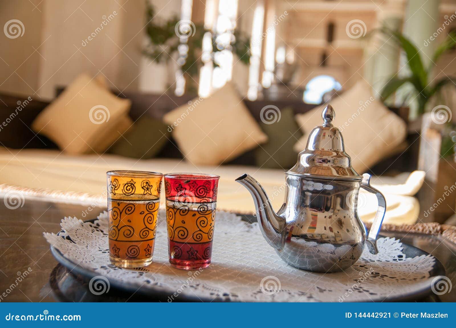 Ch? marroquino tradicional da hortel? com bule e vidros