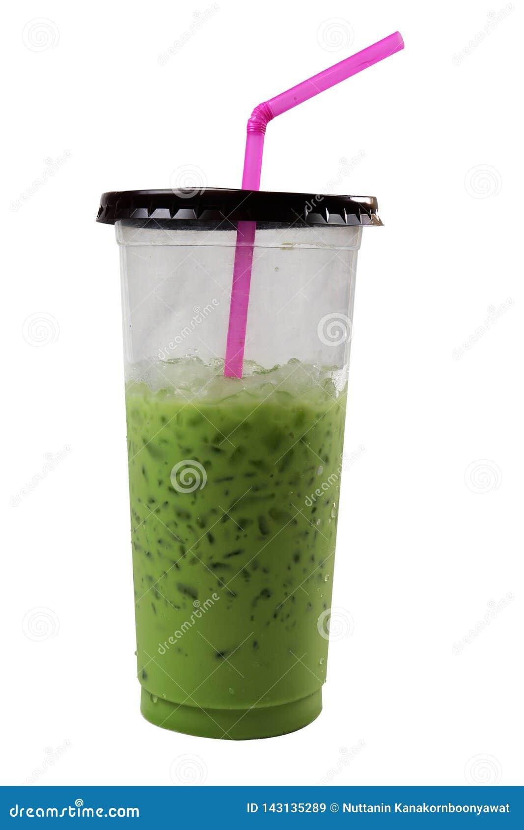 Ch?odno zielona herbata w plastikowym szkle z r??ow? tubk? Odizolowywaj?cy na czarny tle