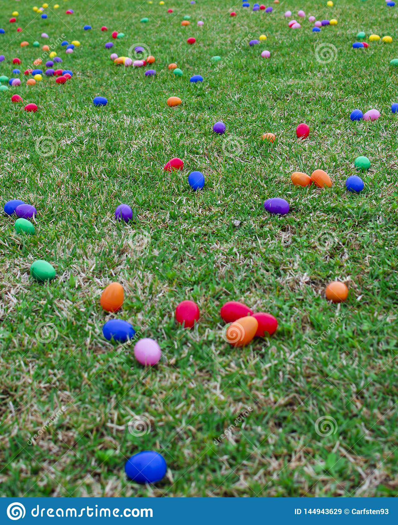 Ch?opcy t?a Wielkanoc jajka mi?ych jaj trawy zielone ?wie?ego ukryte hunt wyizolowa? poszukiwania white