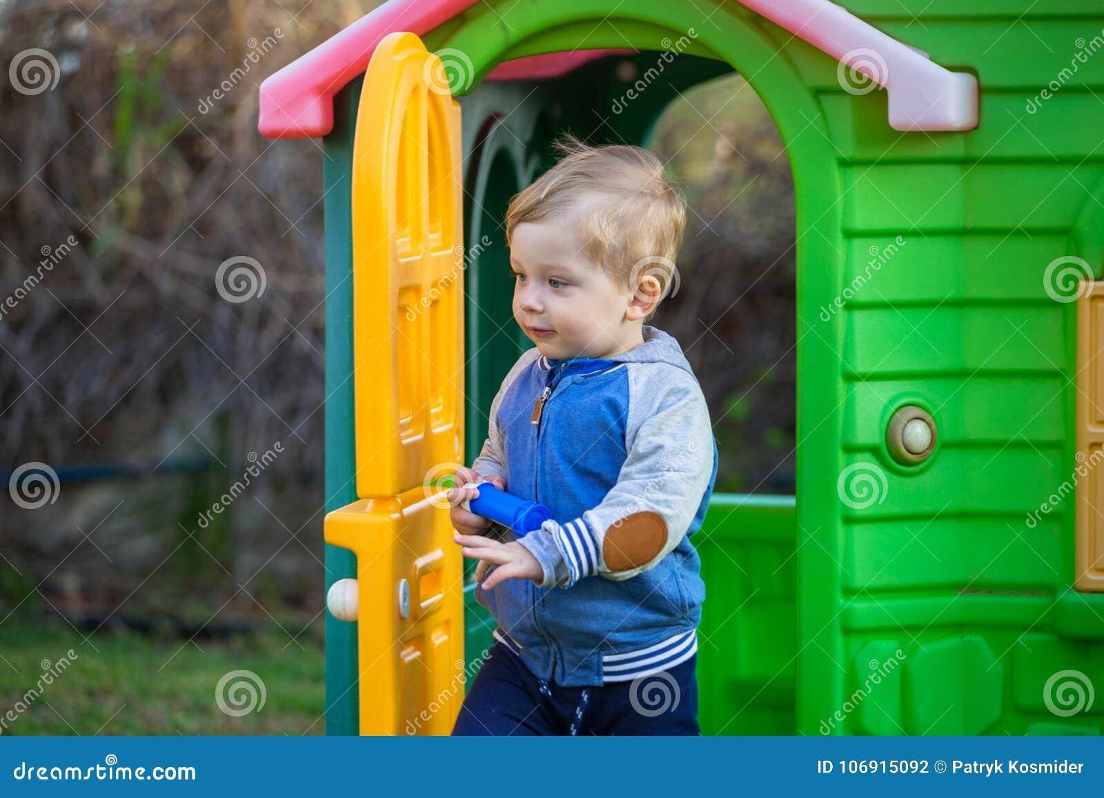 Chłopiec przy boiskiem