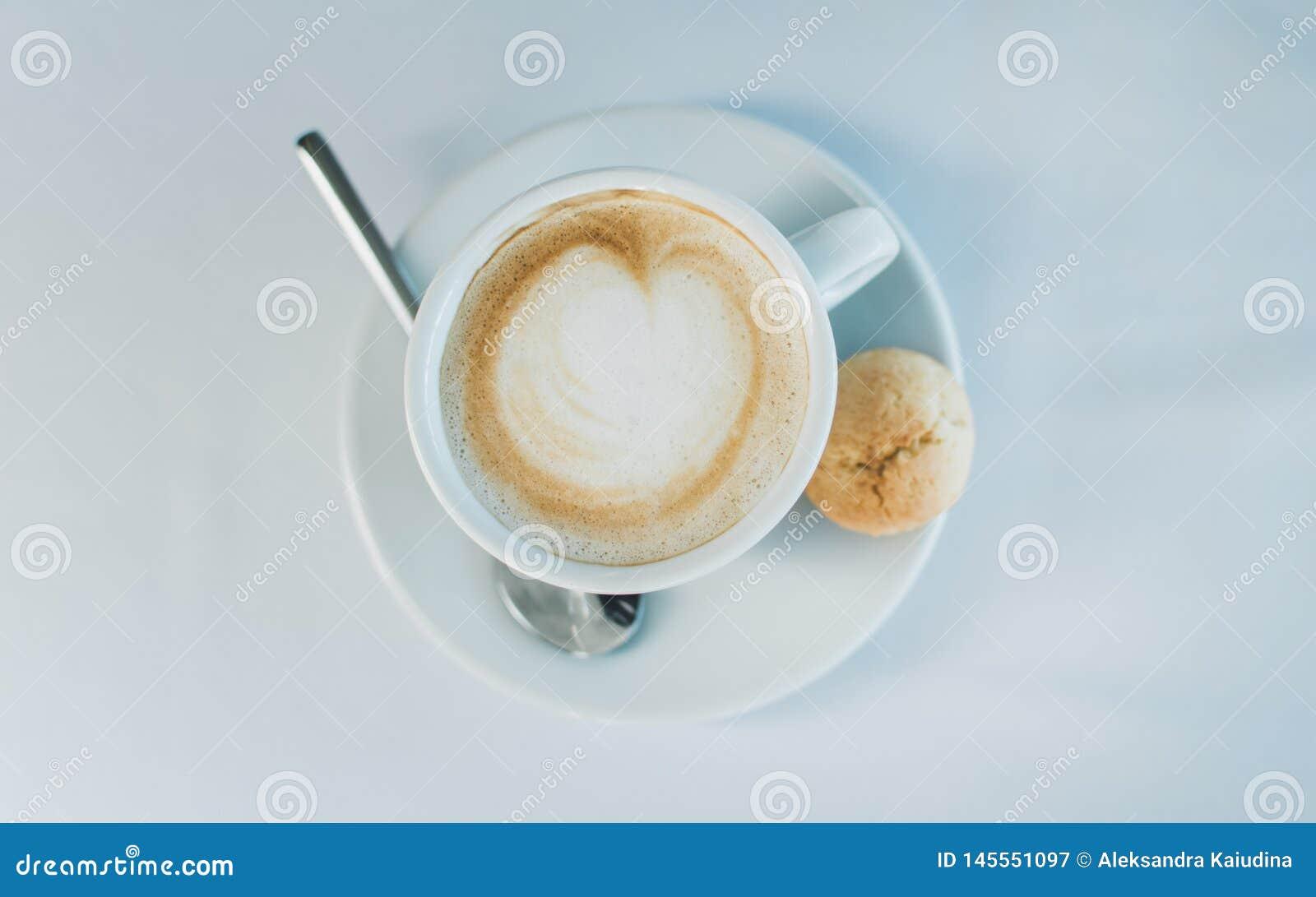 Ch?vena de caf? em uma superf?cie branca