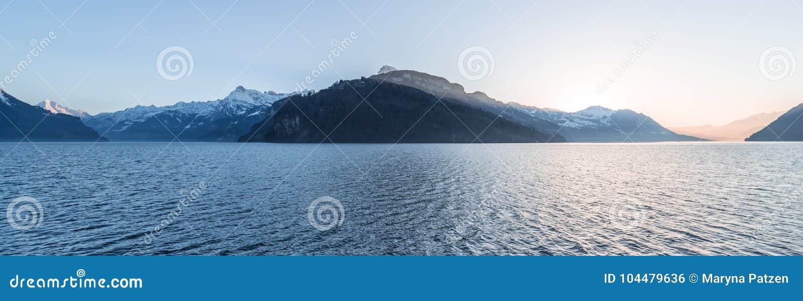 Chaîne de montagne des Alpes au coucher du soleil