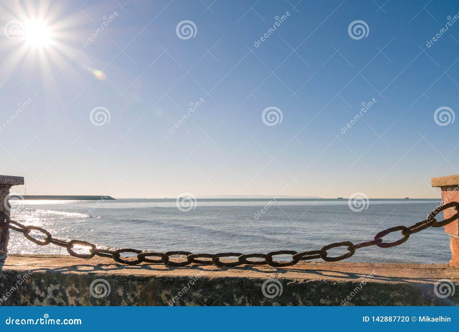 Chaîne rouillée bloquant la plage