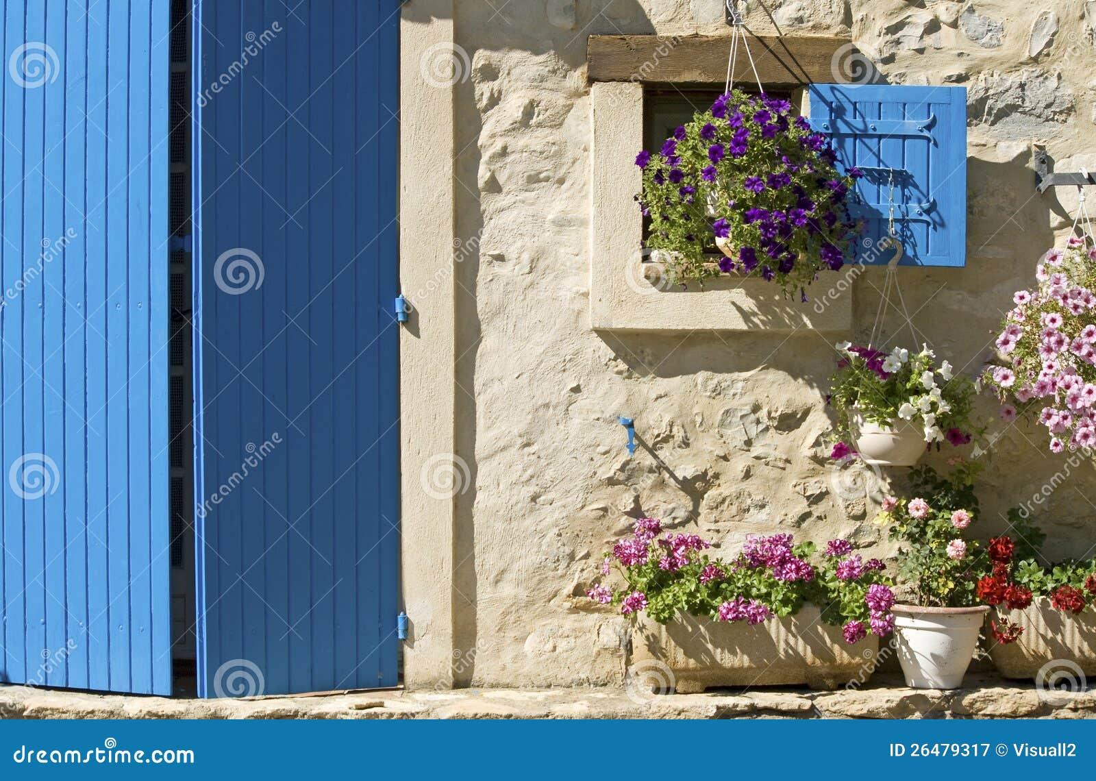Chałupa, błękitny drzwi, żaluzja. Provence.