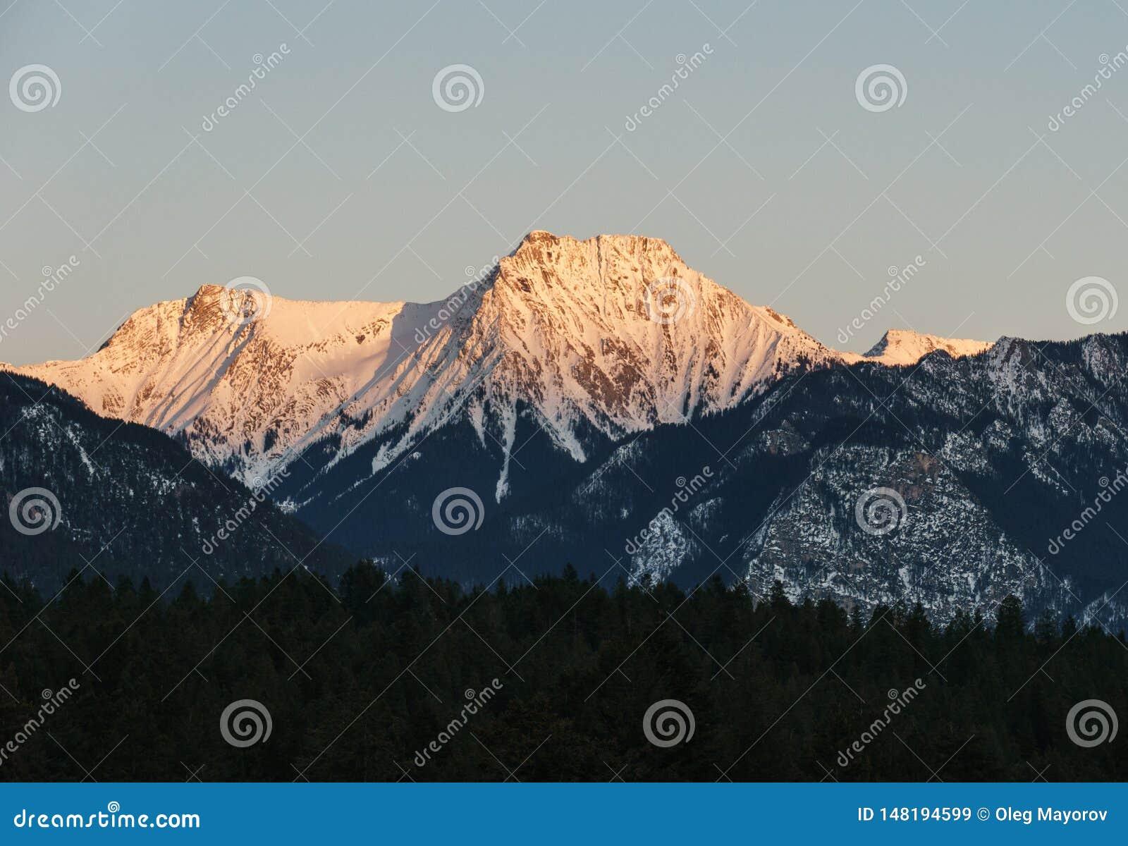 Cha?ne de Rocky Mountains au coucher du soleil en Colombie-Britannique Canada au printemps