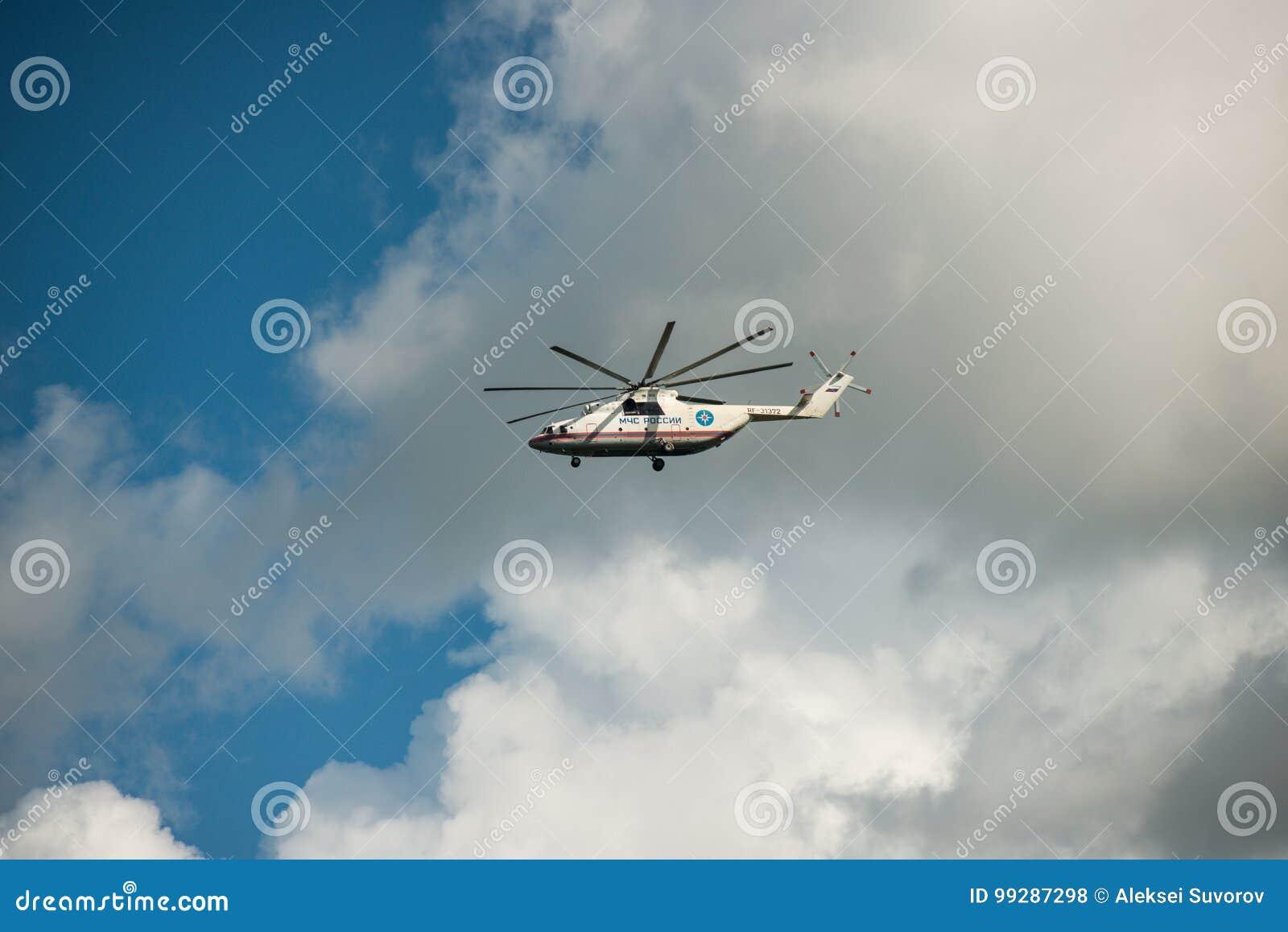 Chabarowsk, Russland - 3. September 2017: Transportiert schweres Militär Mi-26 im Flug in die Farben von EMERCOM von Russland