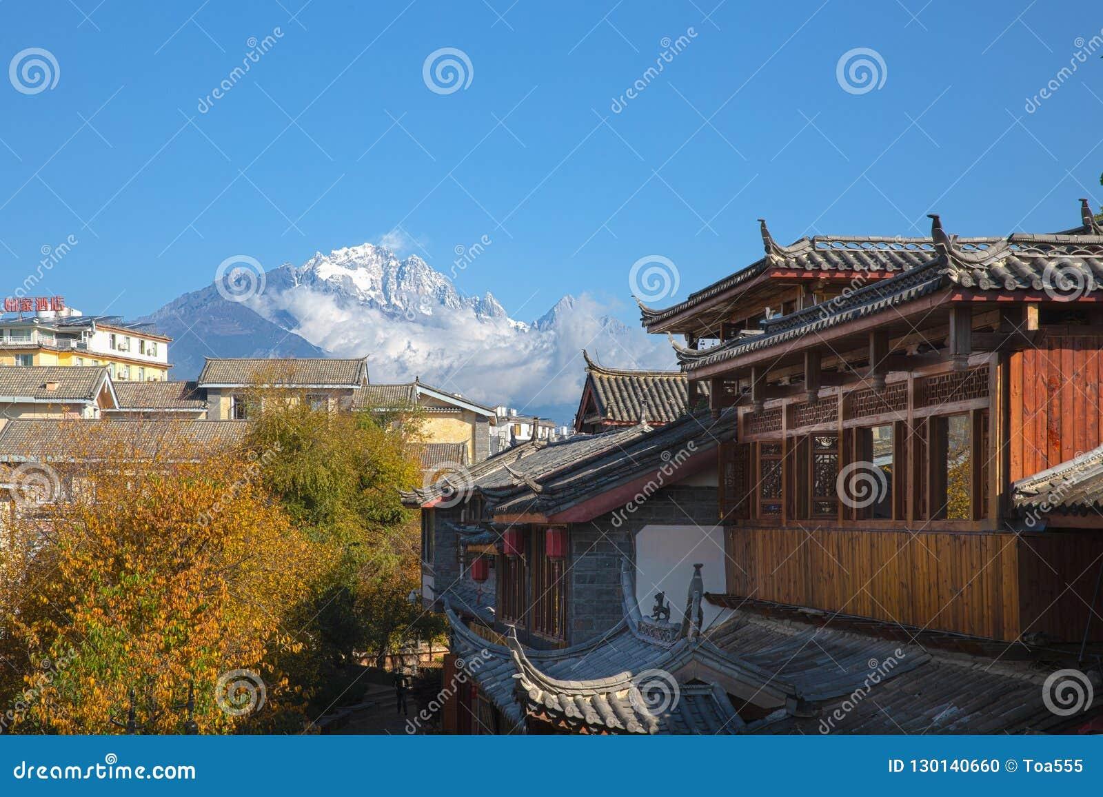 Chabeta smoka Śnieżna góra od Lijiang, Yunnan, Chi