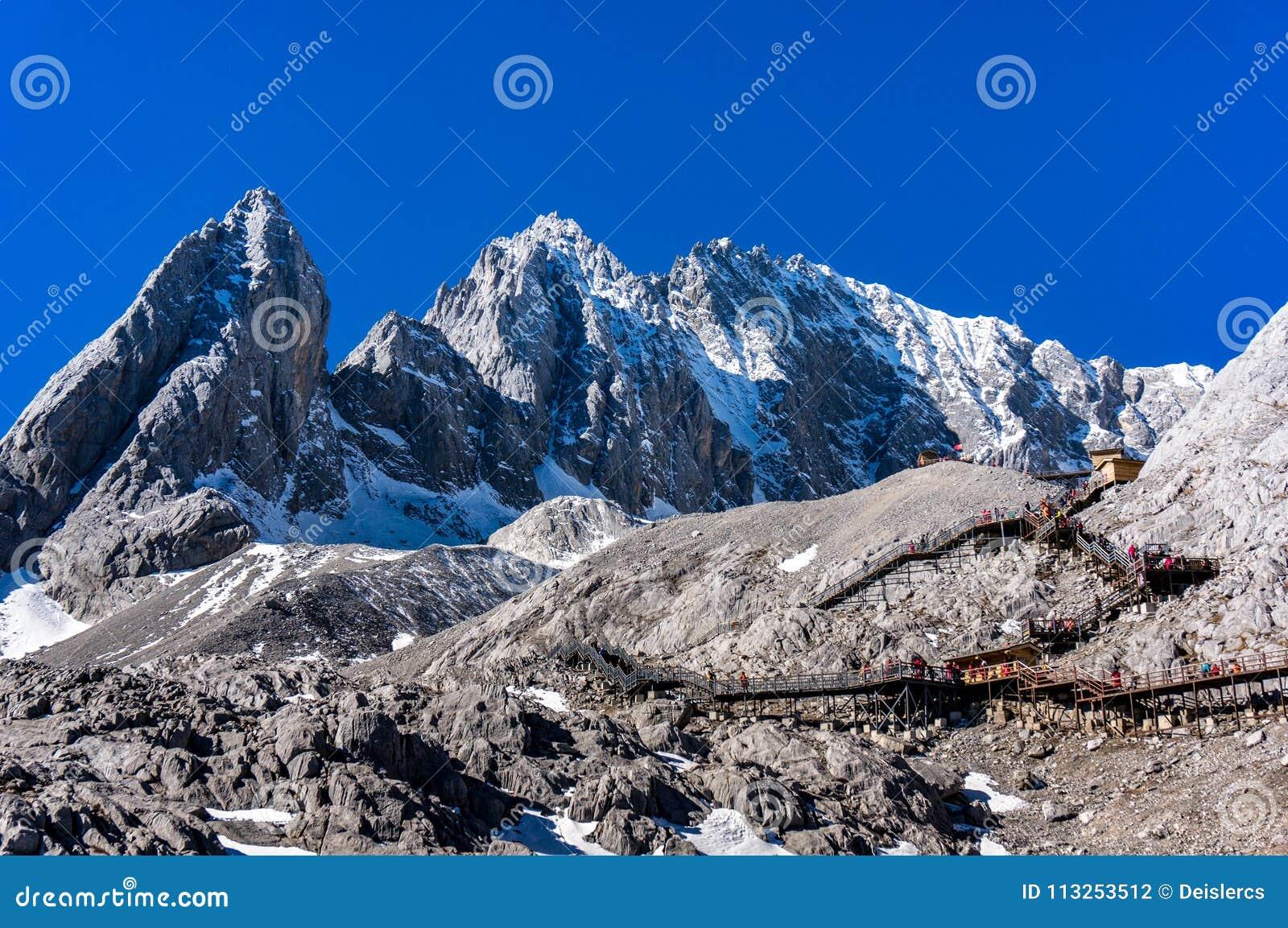 Chabeta smoka Śnieżna góra, góra Yulong lub Yulong Śnieżna góra przy Lijiang, Yunnan prowincja, Chiny