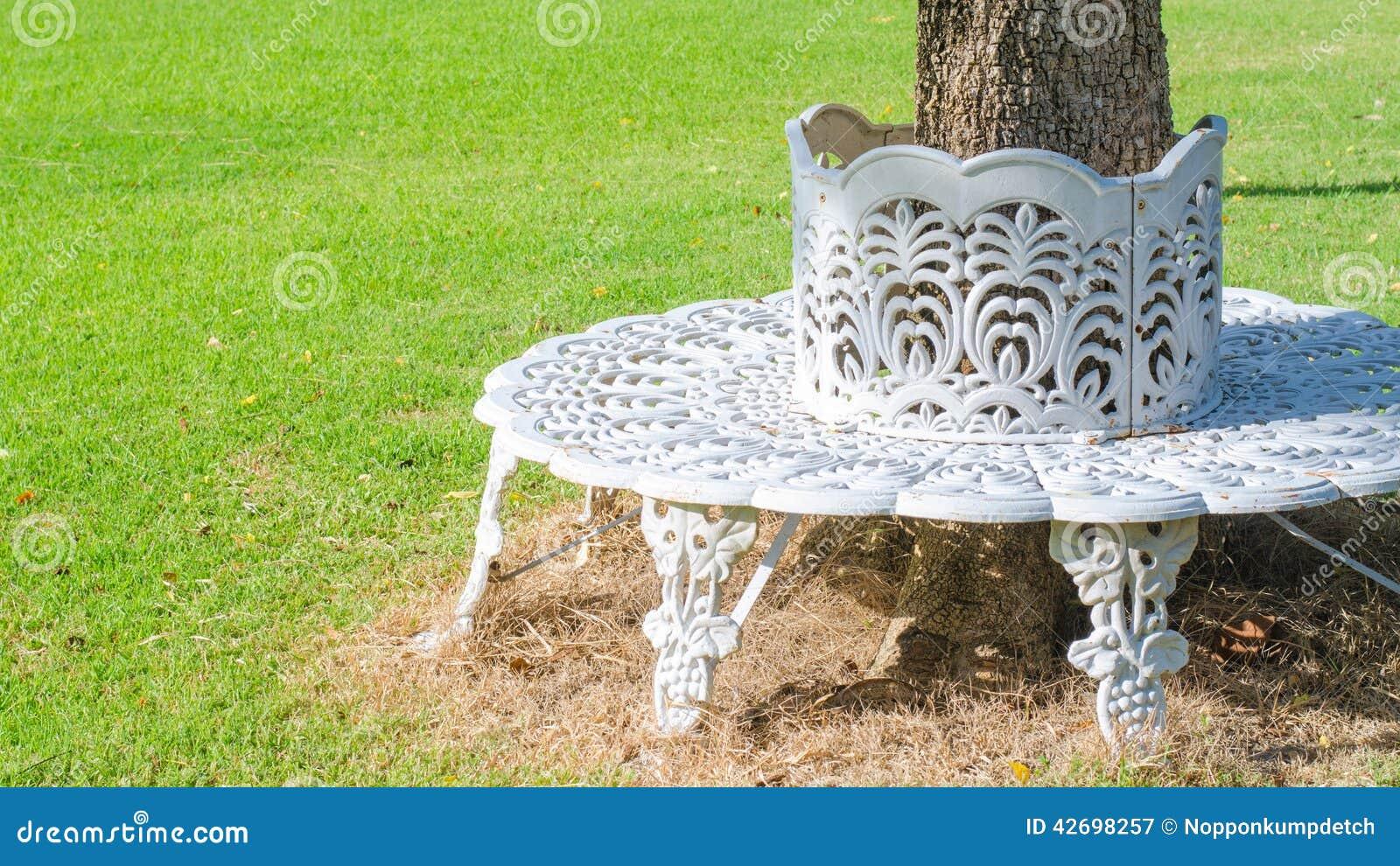 chaise blanche de fonte construite dans le cercle autour d 39 un arbre photo stock image 42698257. Black Bedroom Furniture Sets. Home Design Ideas