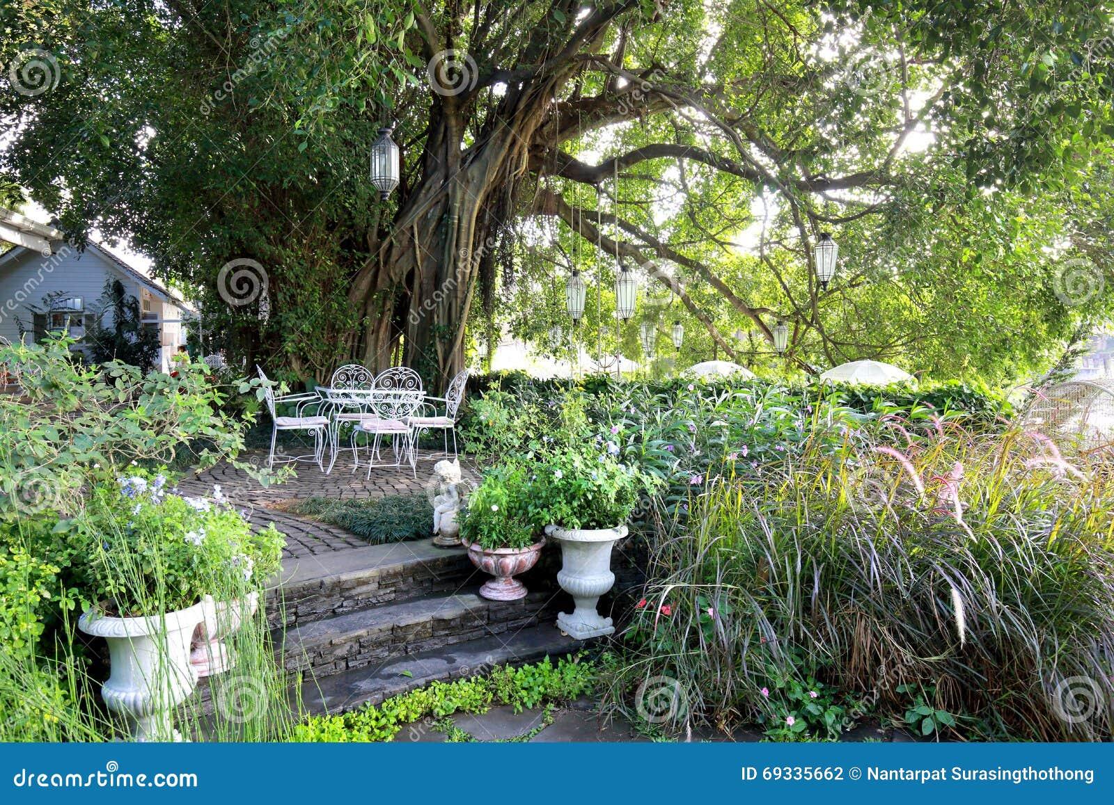 Chaise Blanche Et Table De Fer Travaillé Dans Le Jardin Pendant Le ...