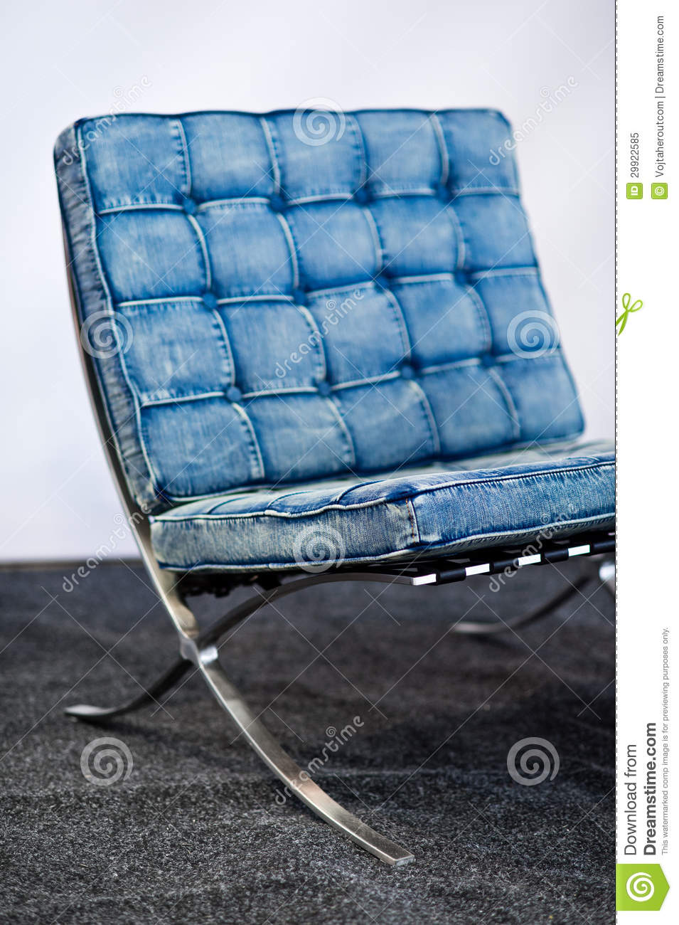 Chaise c l bre de barcelone dans la couleur de blues jean for Designer de chaise celebre