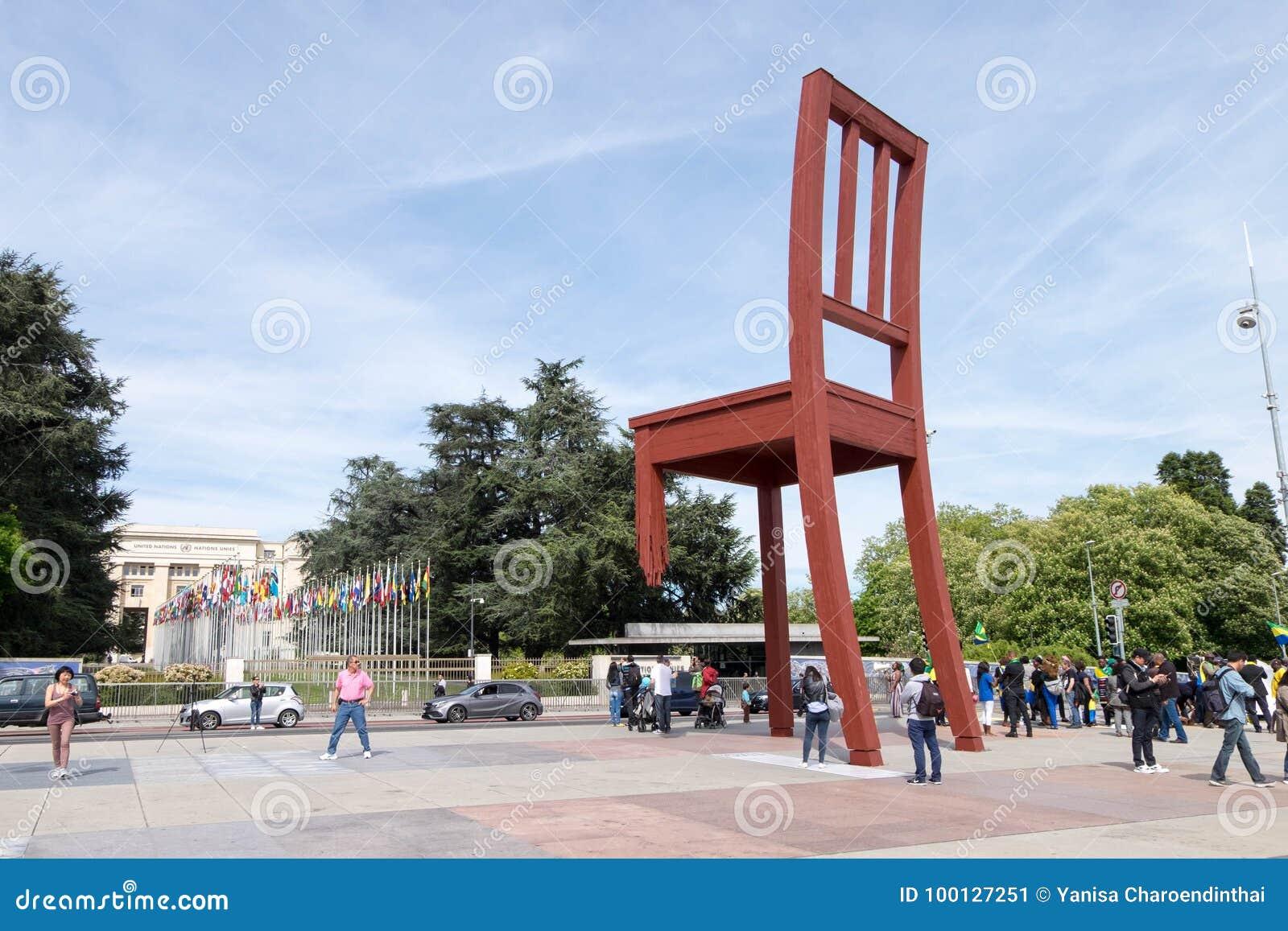 Chaise cassée rouge devant le bureau de siège social de nation