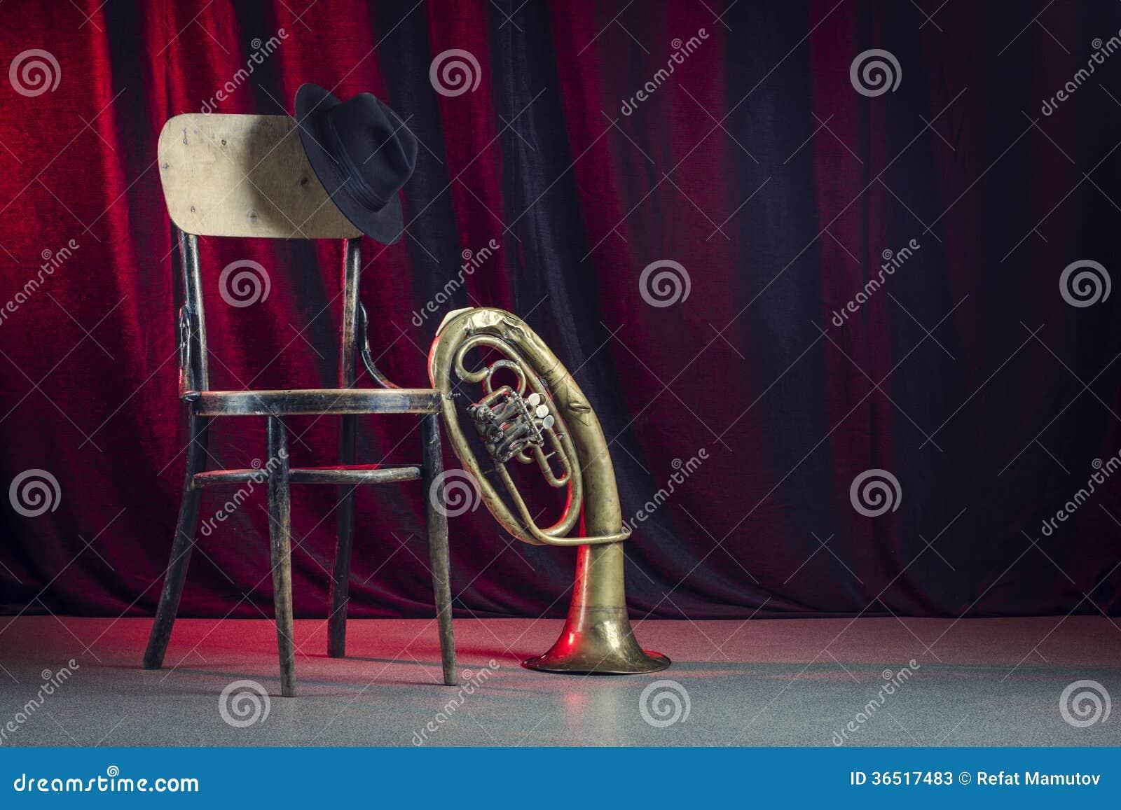Chaise, chapeau et trompette.